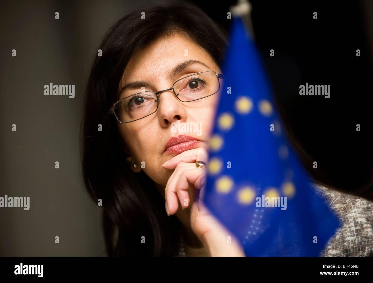 Meglena Kuneva, EU-Kommissarin für Verbraucherschutz, spricht in einem Interview auf Dienstag, 8. Dezember Stockbild
