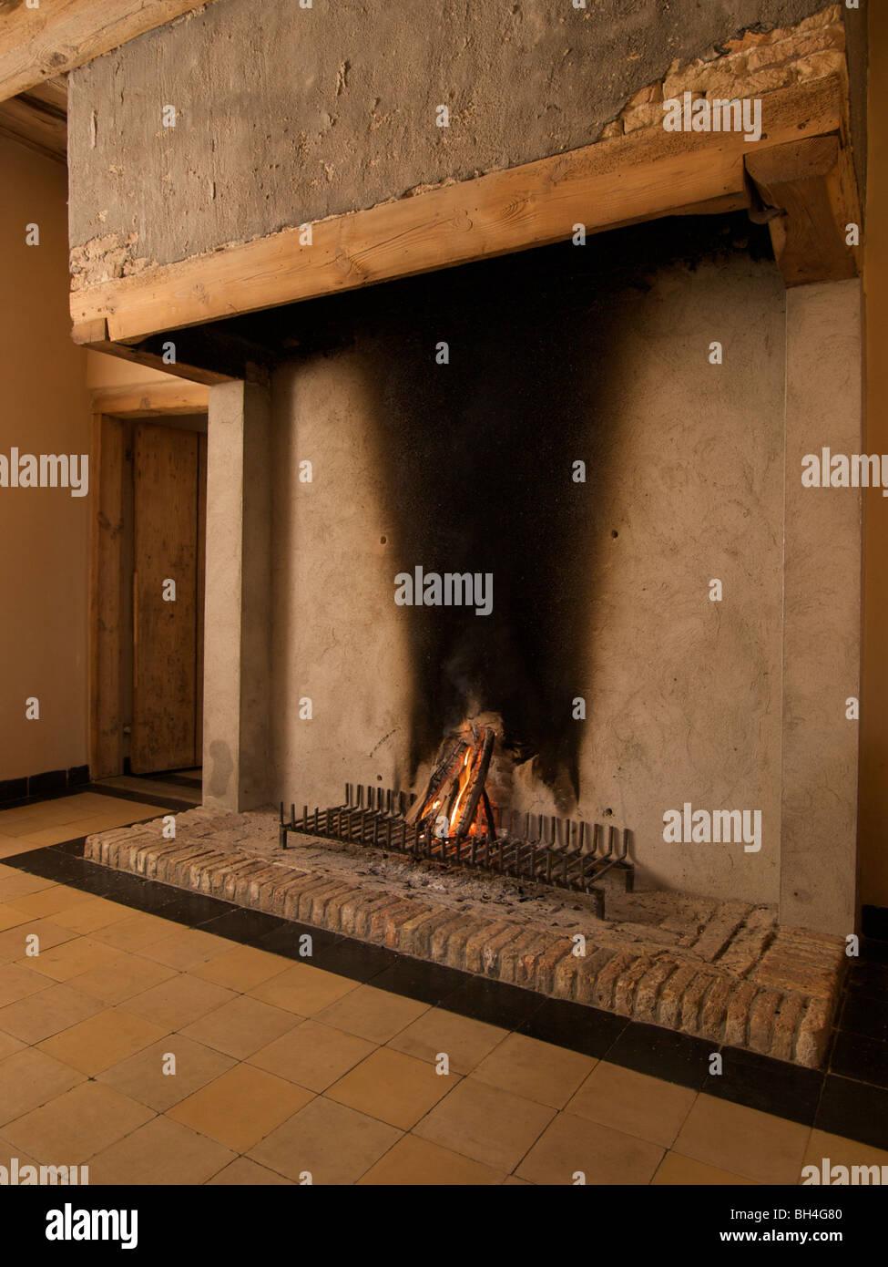17 Jahrhundert Bild Architektur: Holz Feuer Im Kamin Aus Dem 17. Jahrhundert. Ulvenhout