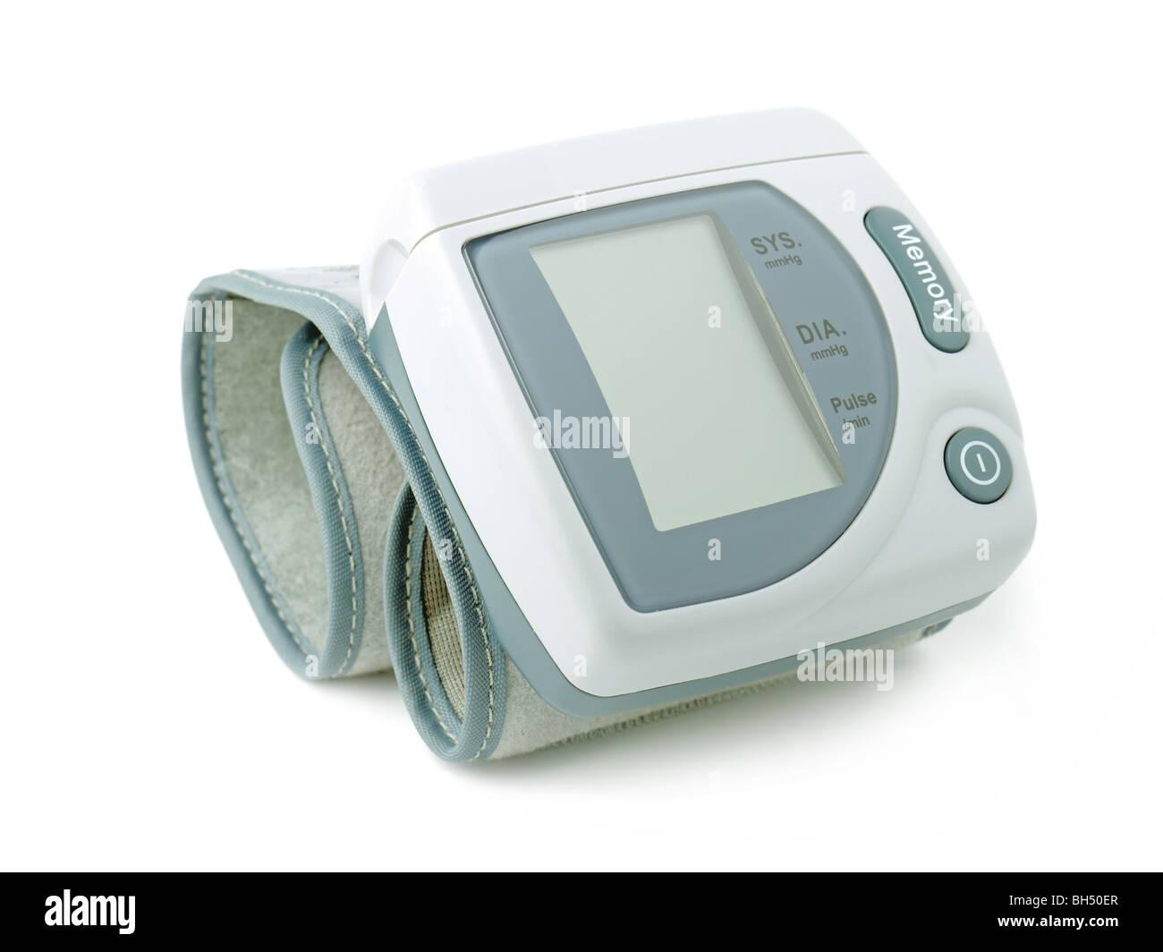 Elektronische Blutdruckmessgerät auf weißem Hintergrund Stockbild