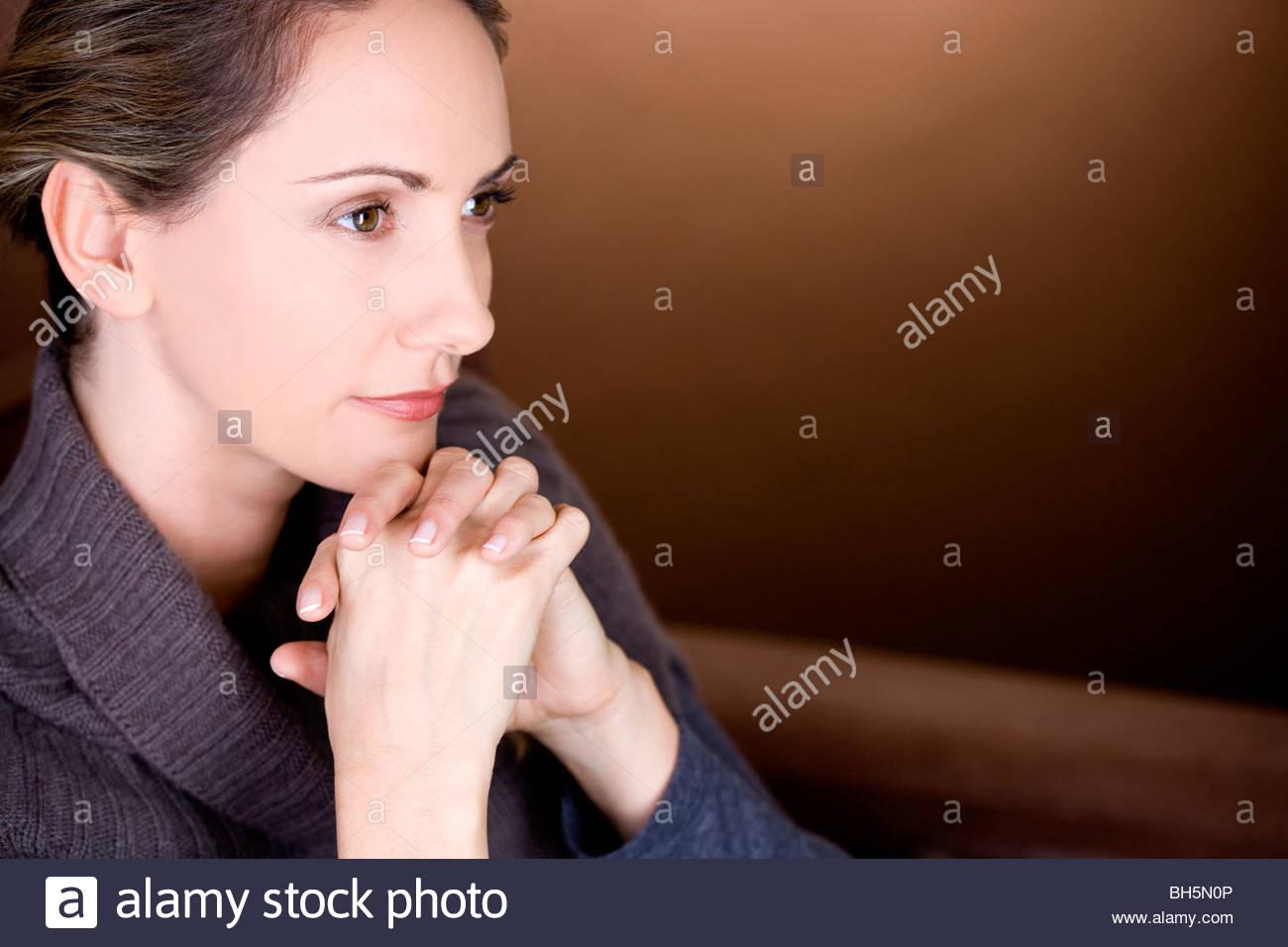 Porträt einer Mitte erwachsenen Frau denken Stockbild