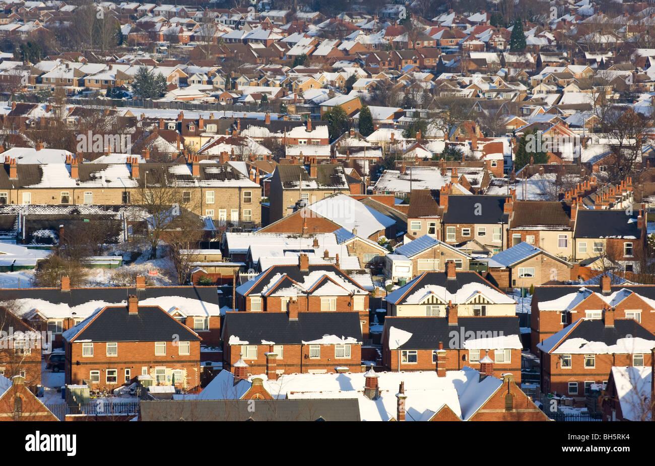 Gehäuse mit schlechte Dachdämmung. Wärmeverlust bald schmelzen die Schneeschicht. Stockbild