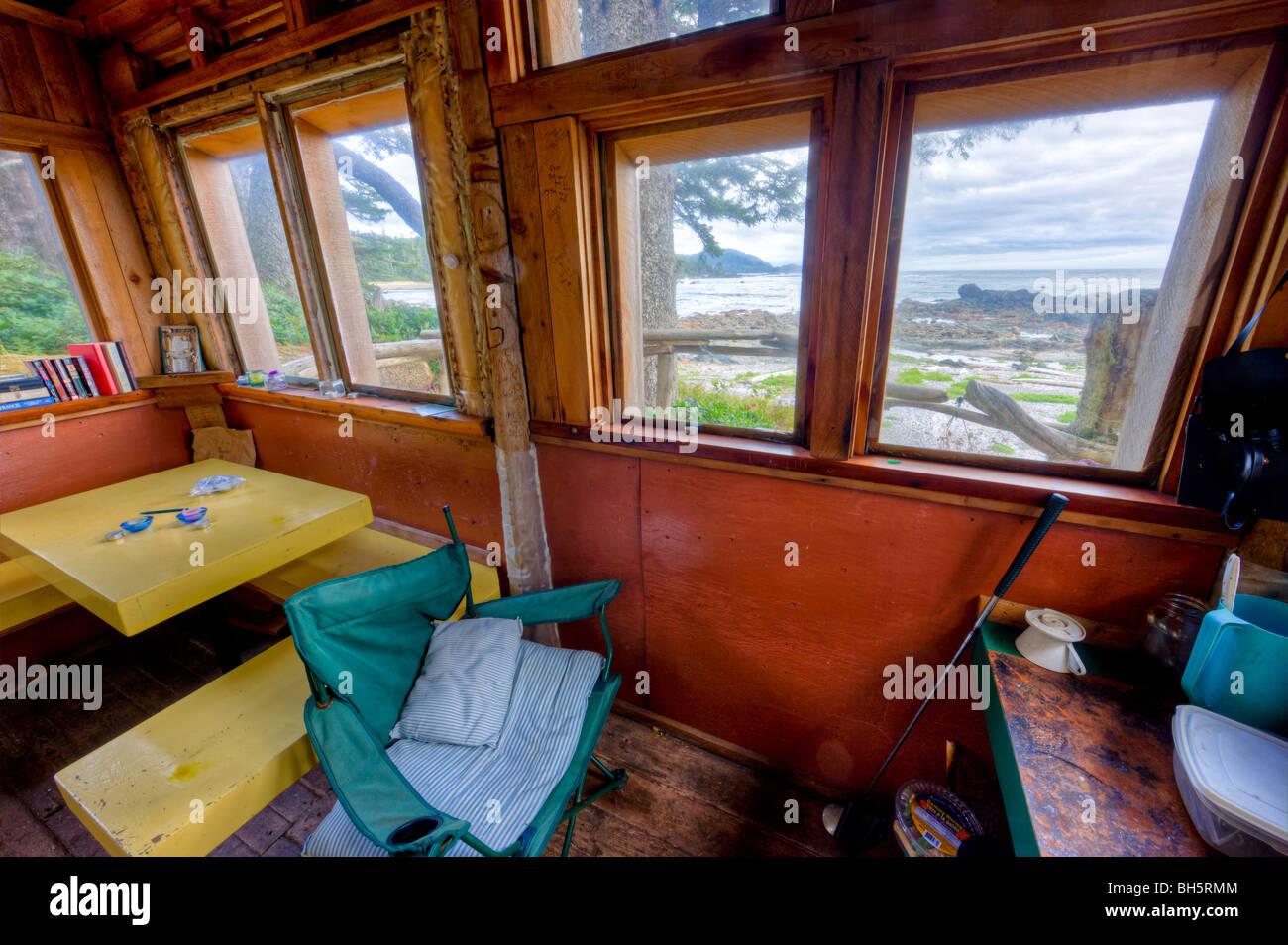 Blick auf den felsigen Ufern der Westküste durch die Fenster der Notunterkunft am Kap Palmerston Nord Vancouver Stockbild