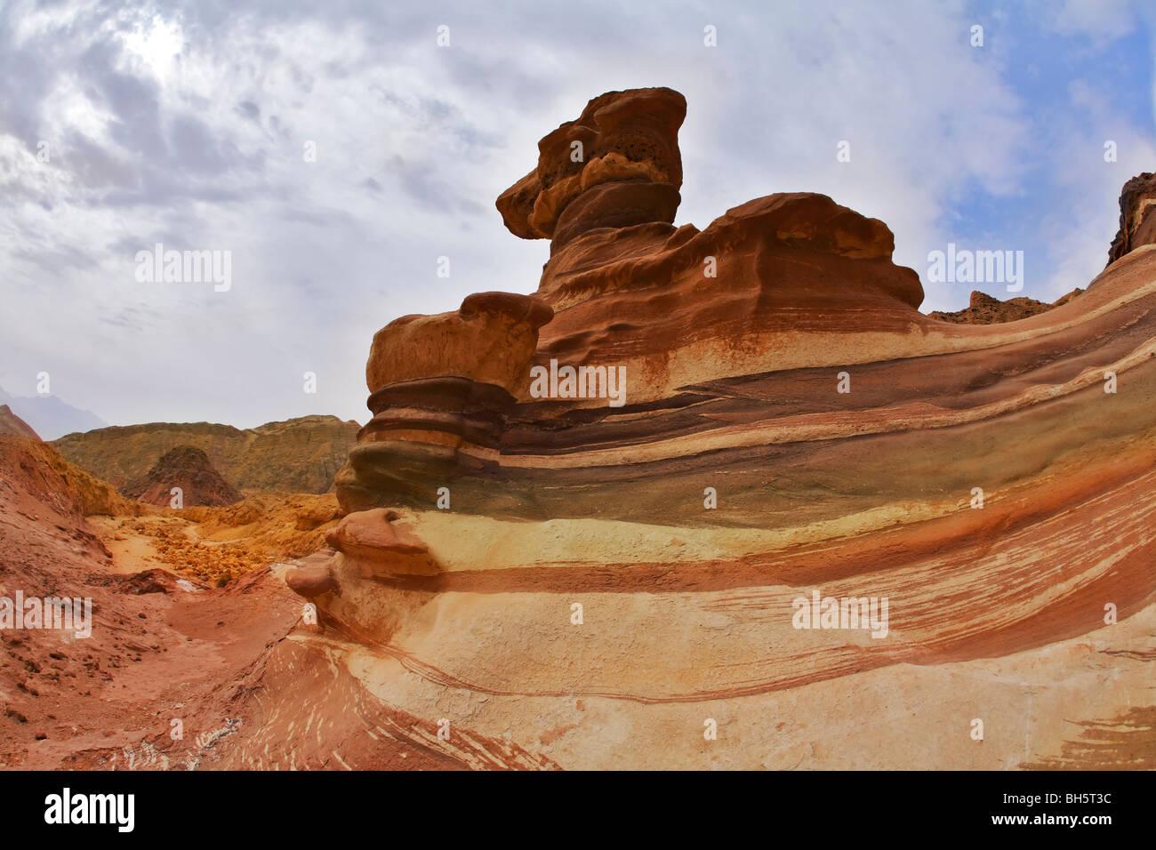 Verschiedene und wunderlichen Formen der Felsen in Bergen von Eilat Stockbild