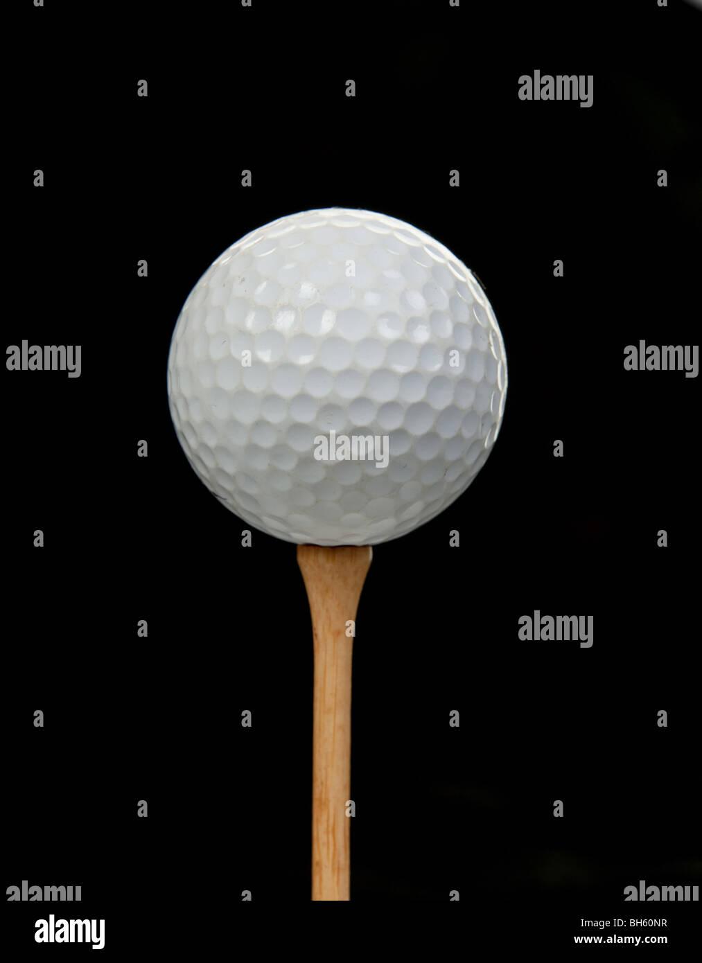 Bild eines Golfballs am Abschlag auf schwarzem Hintergrund Stockbild