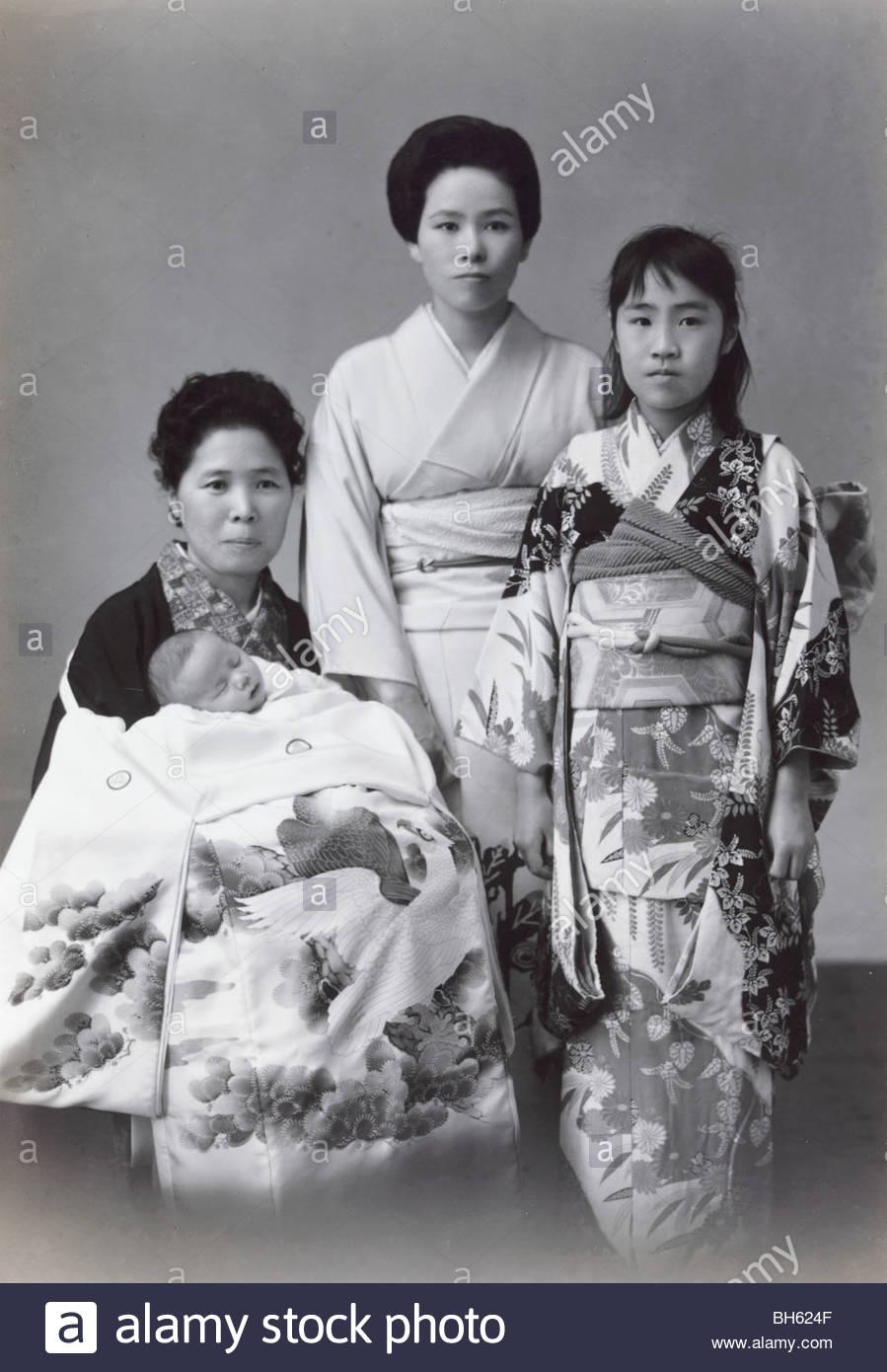 förmliches Porträt von Japanerinnen mit neues Baby geboren 1965 Stockbild