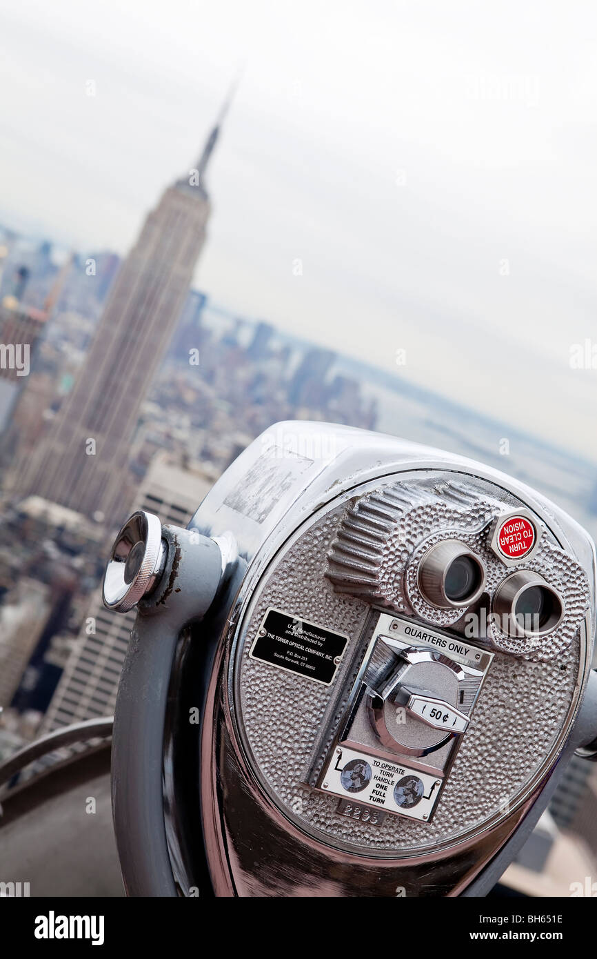 USA, New York City, Manhattan, Münze betriebenen Fernglas auf der Oberseite der Rockefeller Mitte Gebäude Stockbild