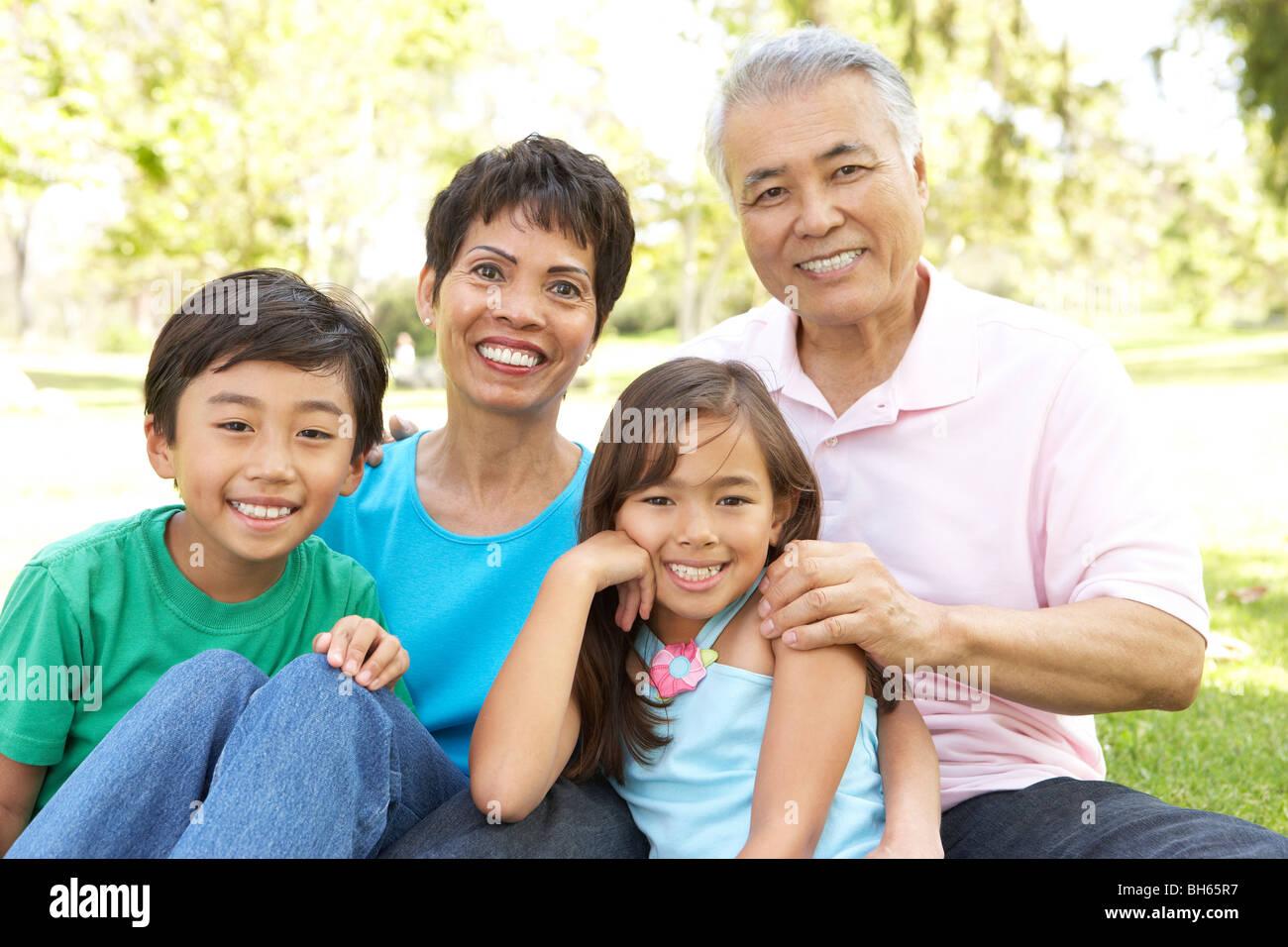 Porträt von Großeltern mit Enkeln im Park Stockfoto