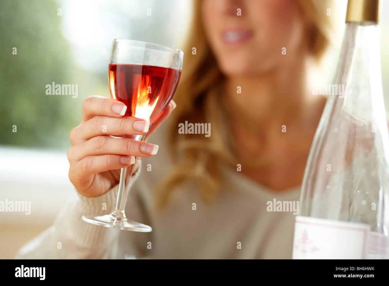 Frau trinkt Wein Stockbild