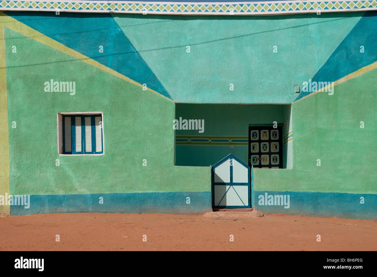 Ein kleines Buntes Haus in der Sahara Dorf Balat in der westlichen Wüste der Sahara, Dakhla Oase, neue Tal Stockbild