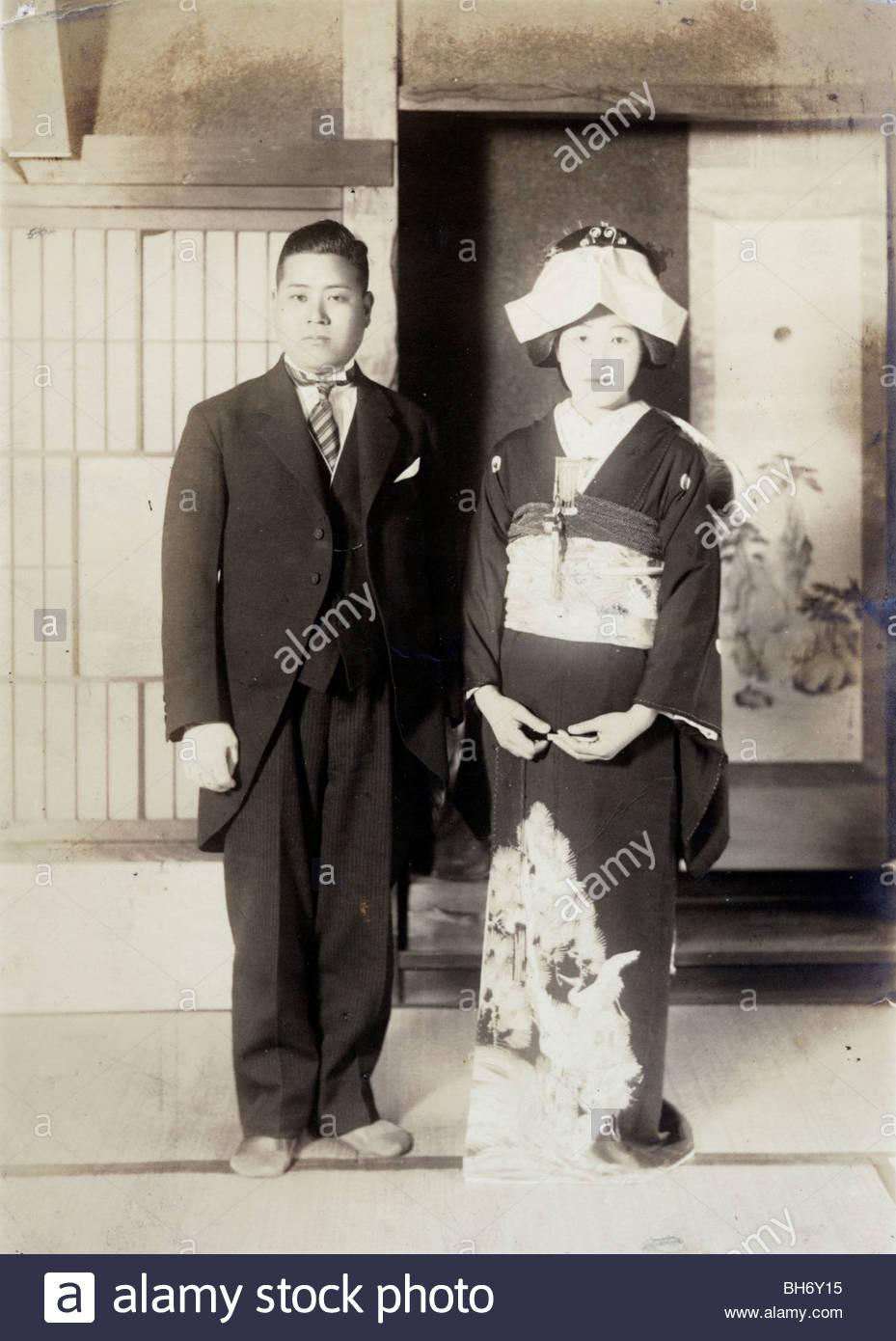 Hochzeit mit Mann im westlichen Stil Kleidung Japan Anfang der ...