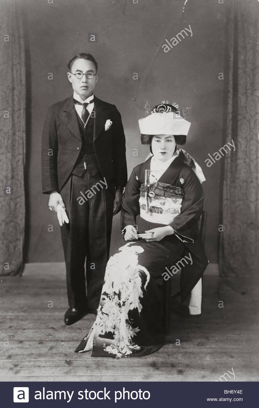 Hochzeit mit Mann im westlichen Stil Kleidung Japan 1940er Jahre ...