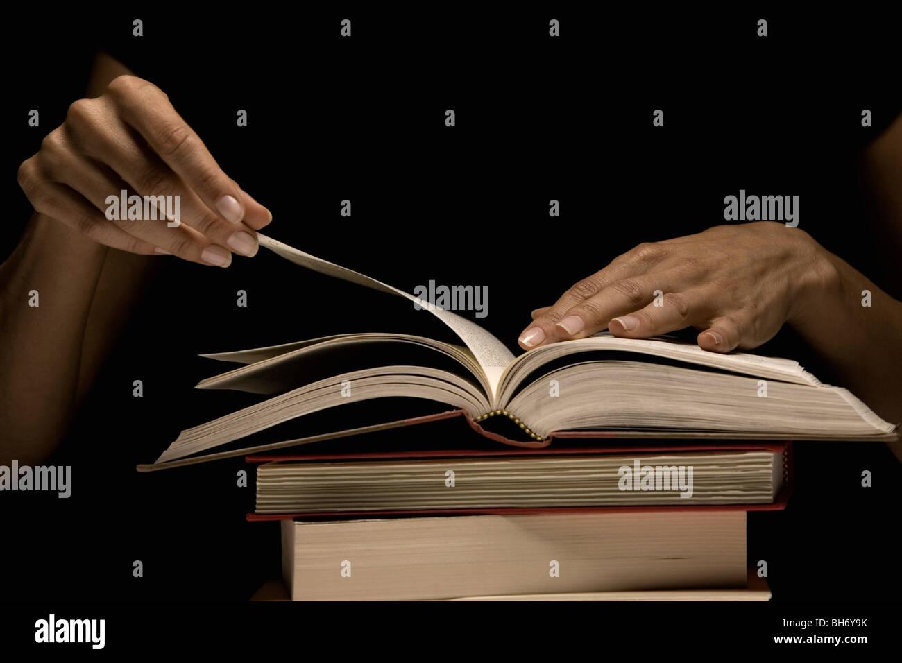 Hand Buch Umblättern Stockbild