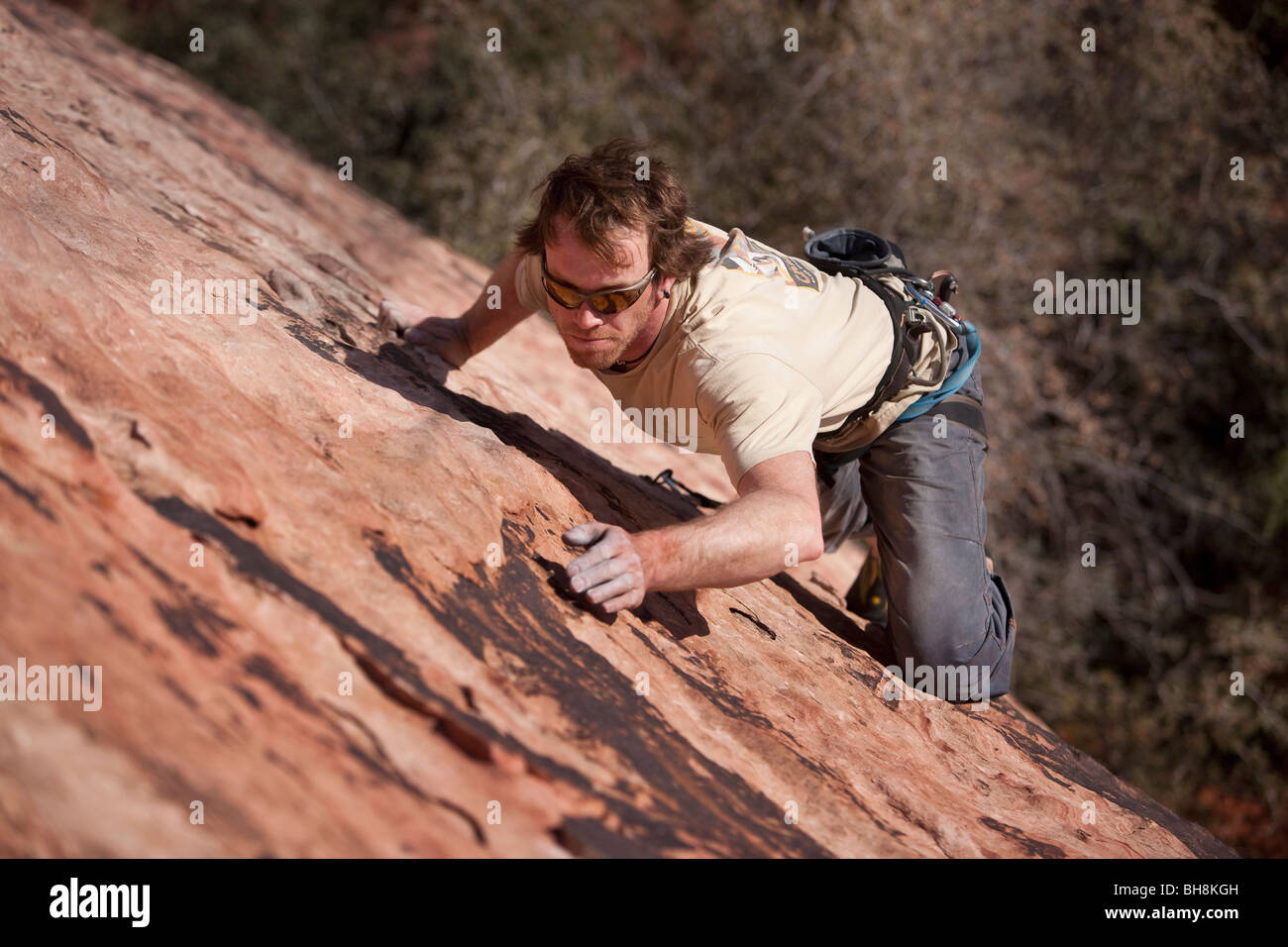 Mann Klettern, Red Rocks National Monument, Nevada, USA Stockbild