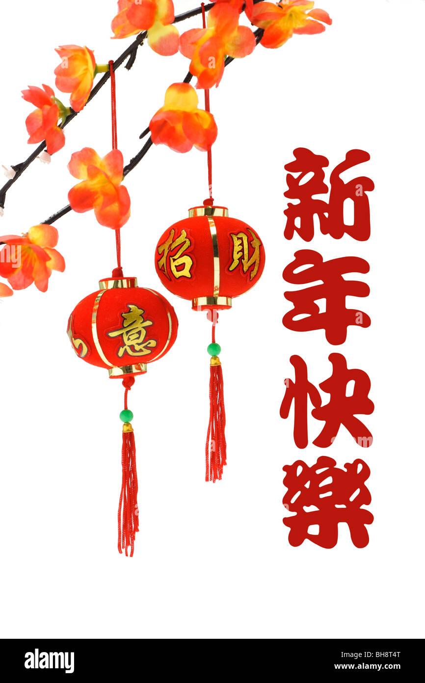 Chinesische Neujahrsgrüße und Laternen mit Pflaumenblüte auf weißem ...