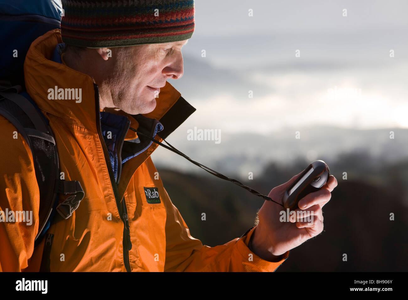 Wanderer mit GPS-Gerät Stockbild