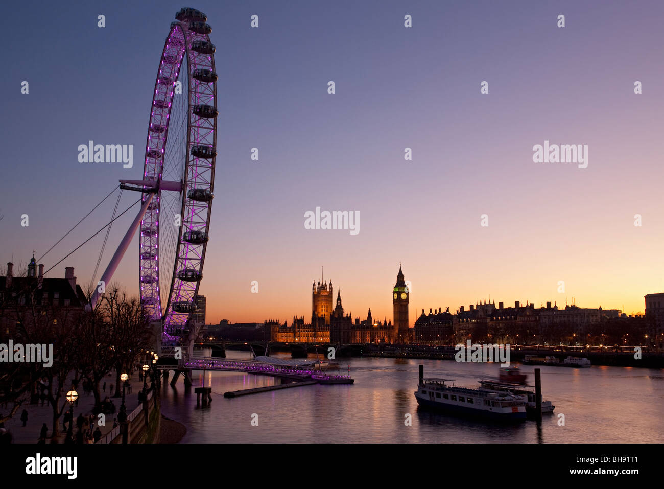 Millennium Wheel, Fluß Themse, Big Ben und den Houses of Parliament in der Nacht vom Südufer, London, Stockbild