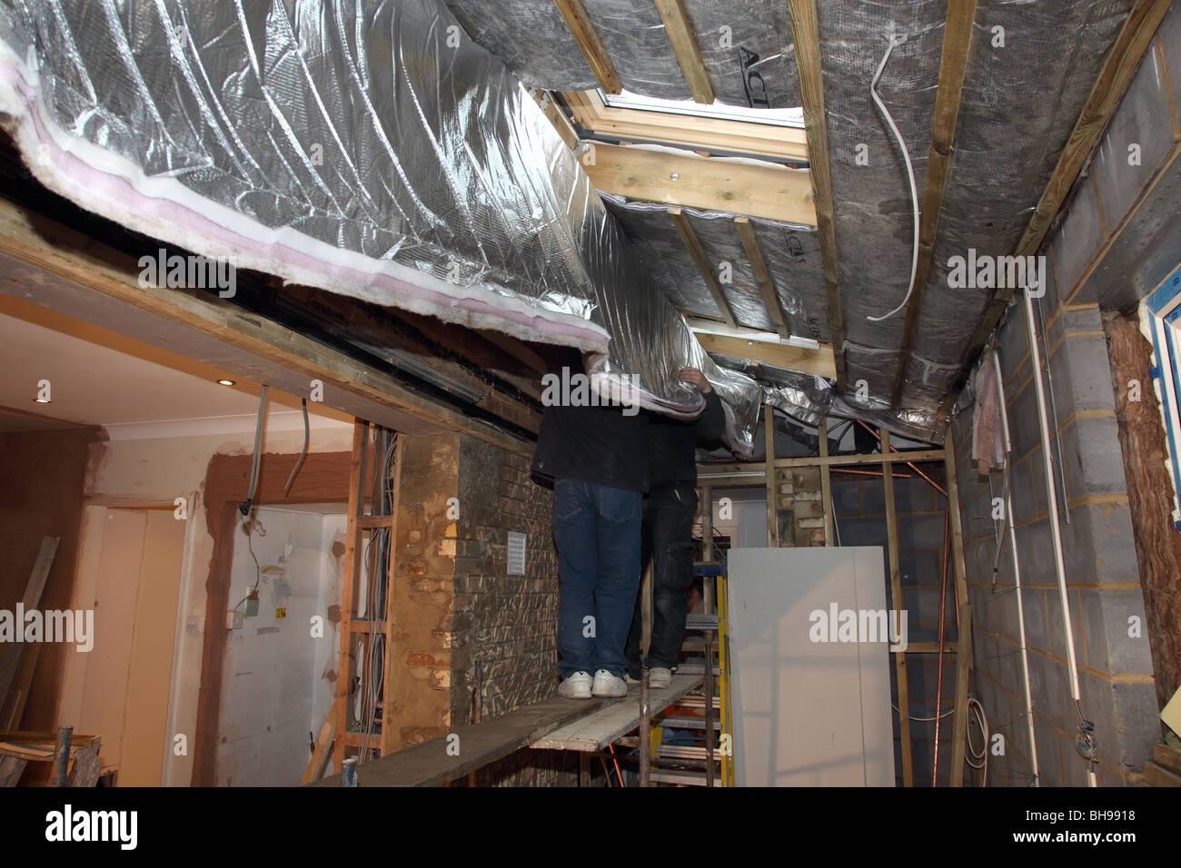 Montage der Folie Dachdämmung in eine inländische Immobilien Stockbild
