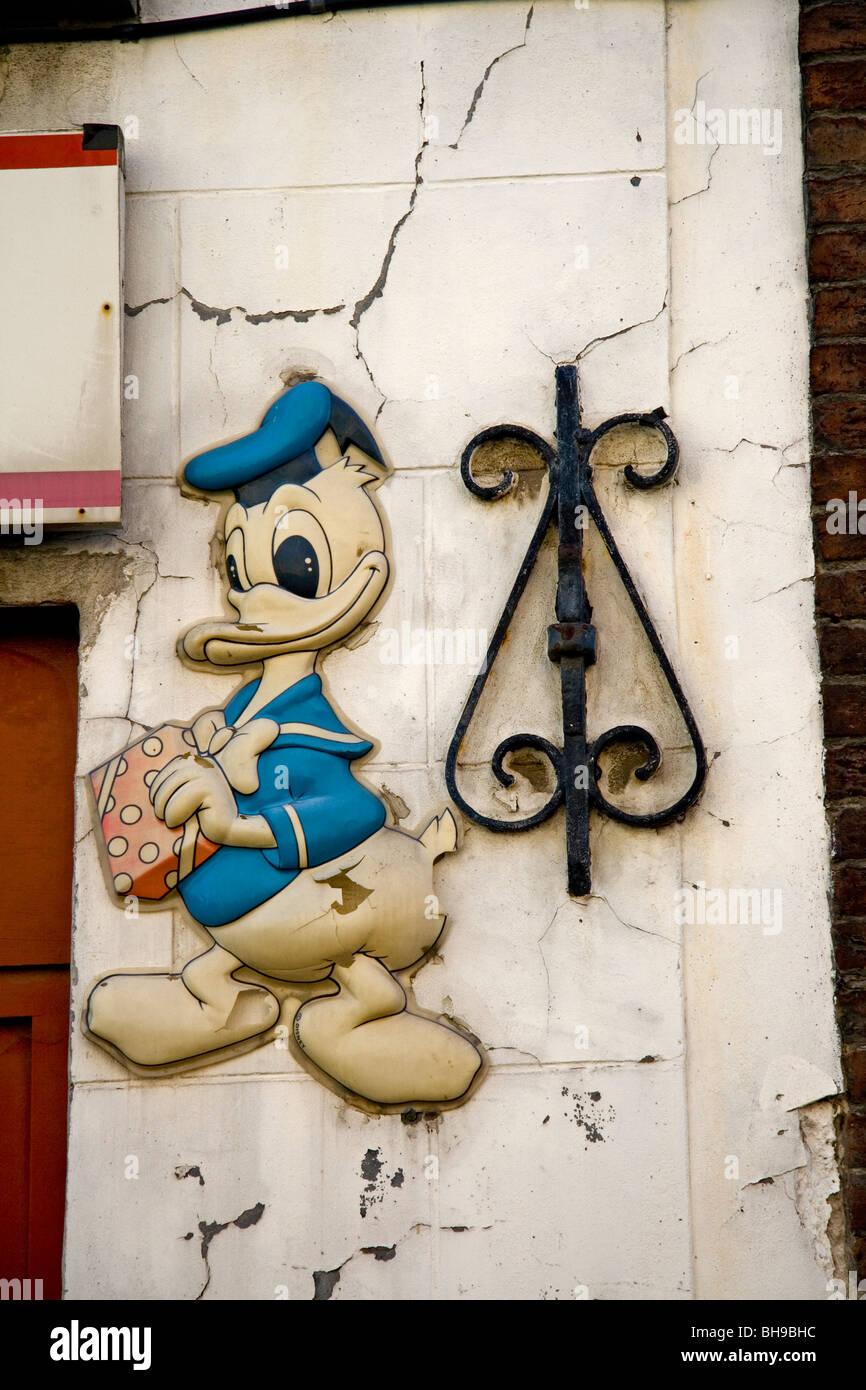 Donald Duck; alten Shop anmelden Stockbild