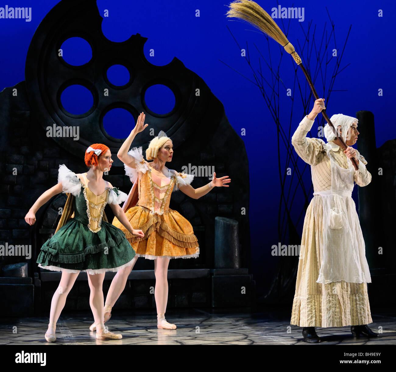 Stiefmutter und Stiefschwestern mit Besen durch die gute Fee im Ballett jorgen Produktion von Aschenputtel eingefroren Stockbild