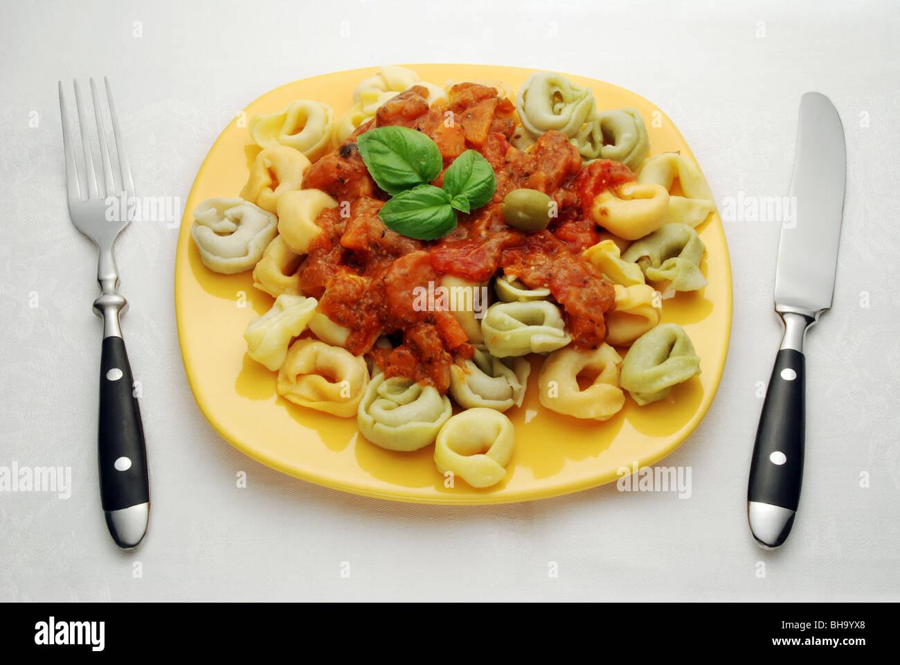 bunte tortellini mit tomatensauce auf gelb teller mit messer und gabel stockfoto bild 27878992. Black Bedroom Furniture Sets. Home Design Ideas