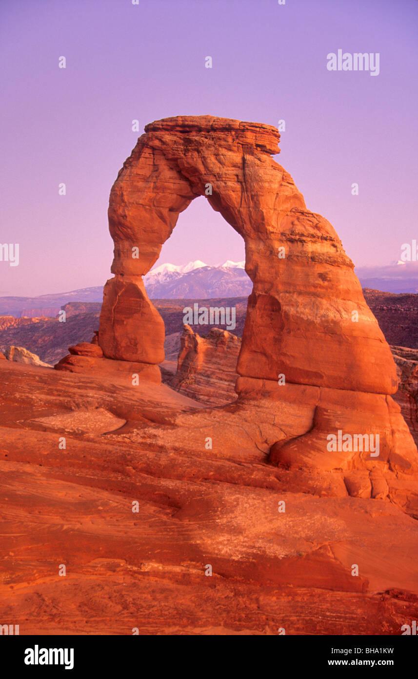 Delicate Arch in der Dämmerung mit La Sal Mountains im Hintergrund, Arches-Nationalpark, Utah, USA Stockbild