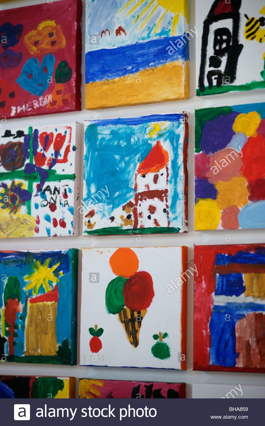 Kinder Gemalde An Der Wand Kinder Malen Kunst Kunstwerk Zeichnung Zeichnen Bursten Display Anzeige Leinwand Stockfotografie Alamy