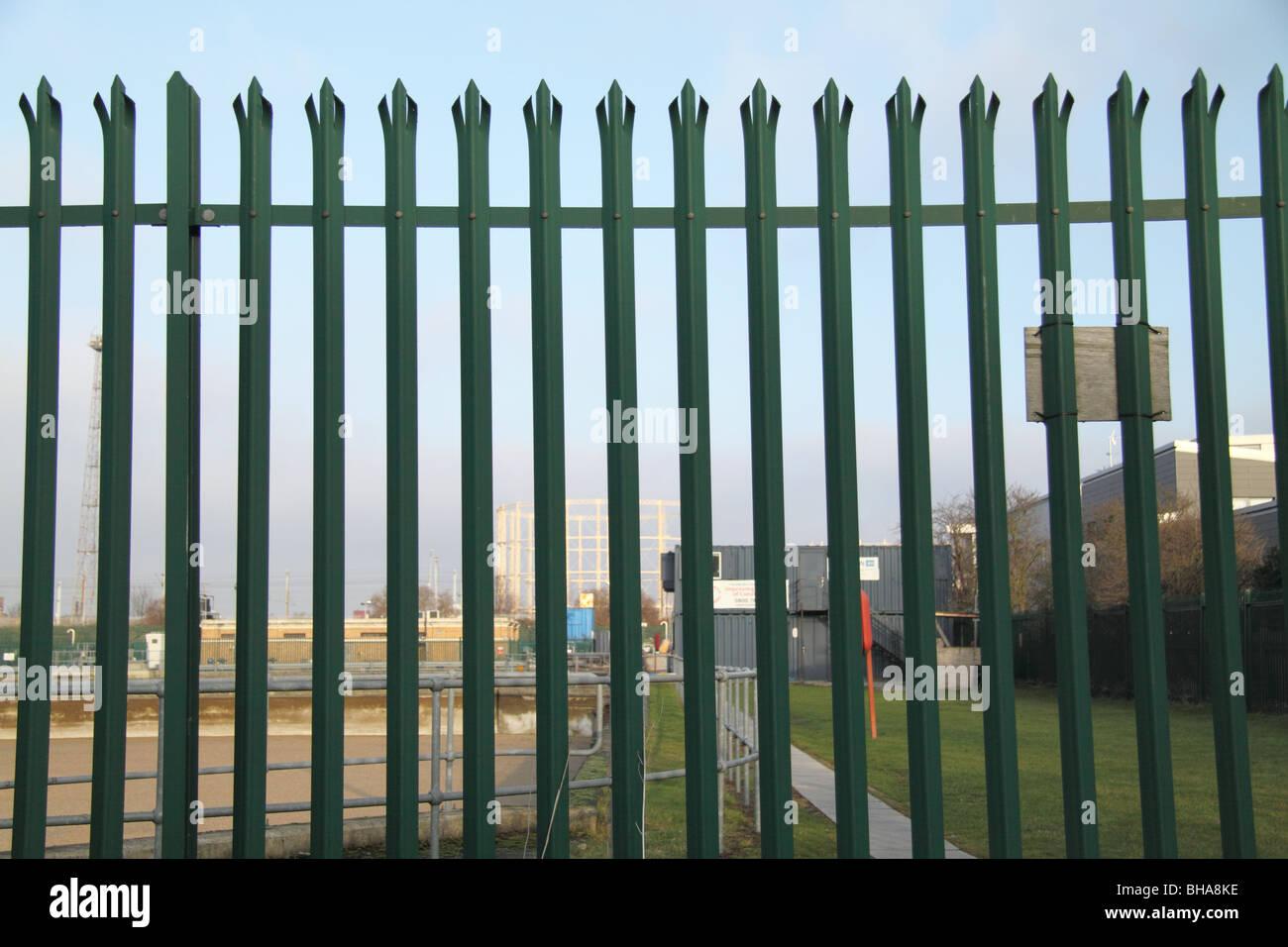 Moderne Metall Stahl Verzinkt Gedruckt Palisade Zaun Stockfoto