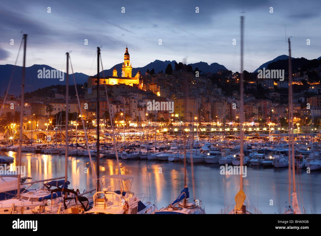 der Hafen und die alte Stadt Menton in der Nacht, Cote d ' Azur, Provence, Frankreich Stockfoto