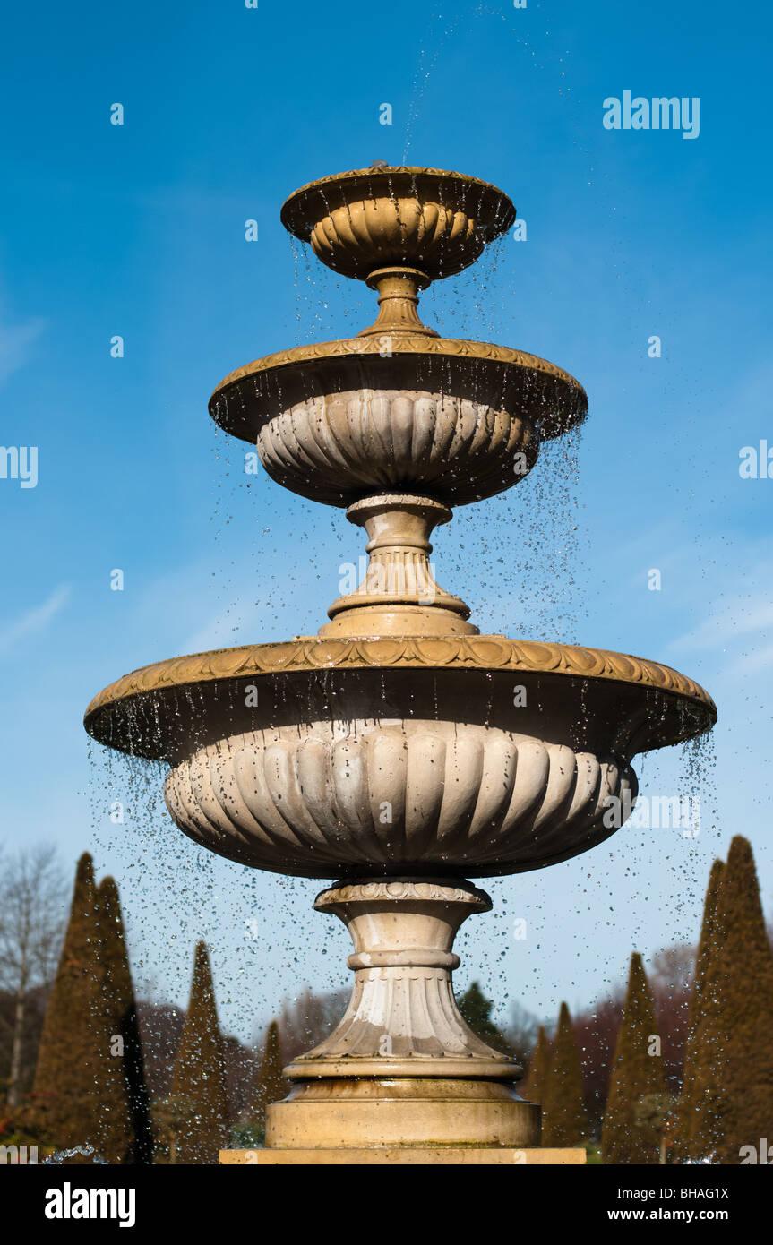 Dreistufige Brunnen versteckt Taube Stockbild