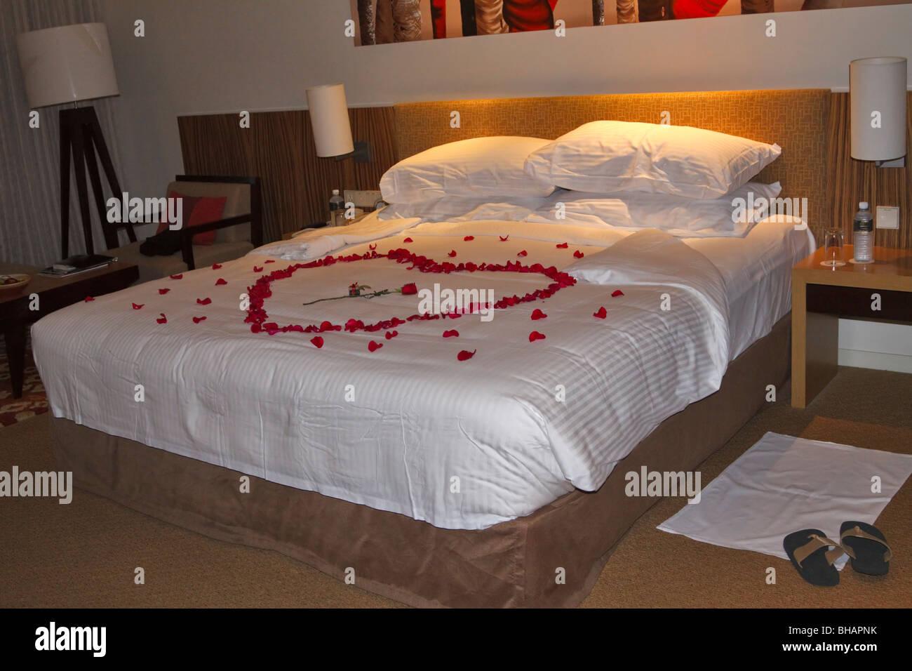Das Bett Gemacht Bis Zur Hochzeitsnacht Mit Rosenblattern Stockfoto