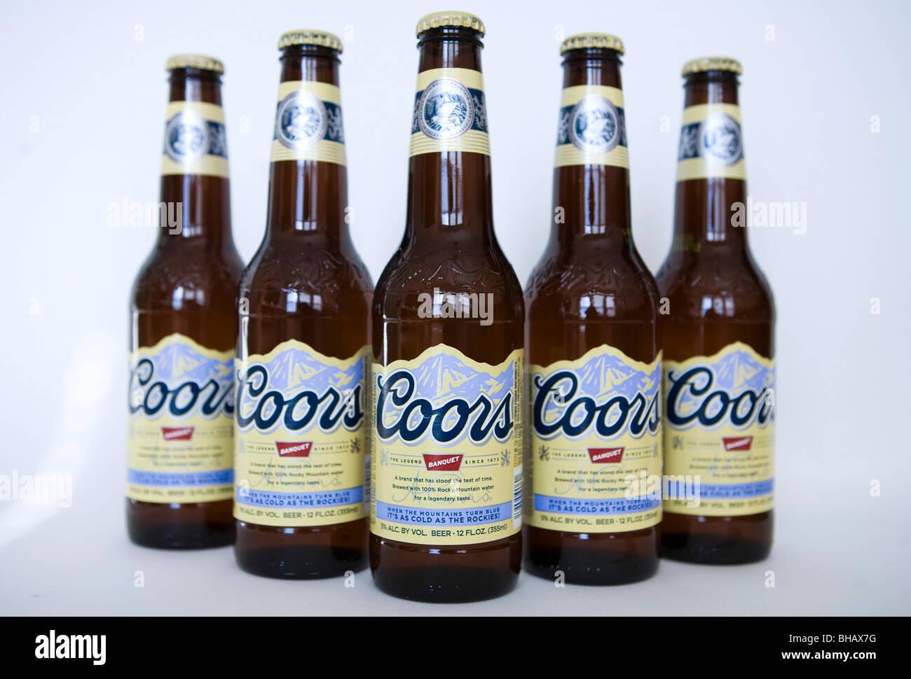 Eine Gruppierung von Coors Bierflaschen. Stockbild