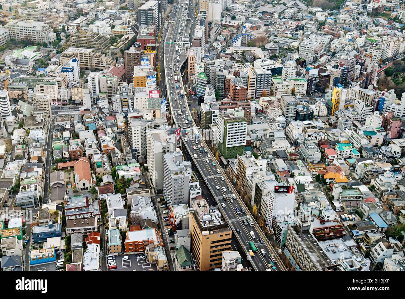 Luftbild von Autobahn und Zersiedelung, Tokio, Japan. Stockbild