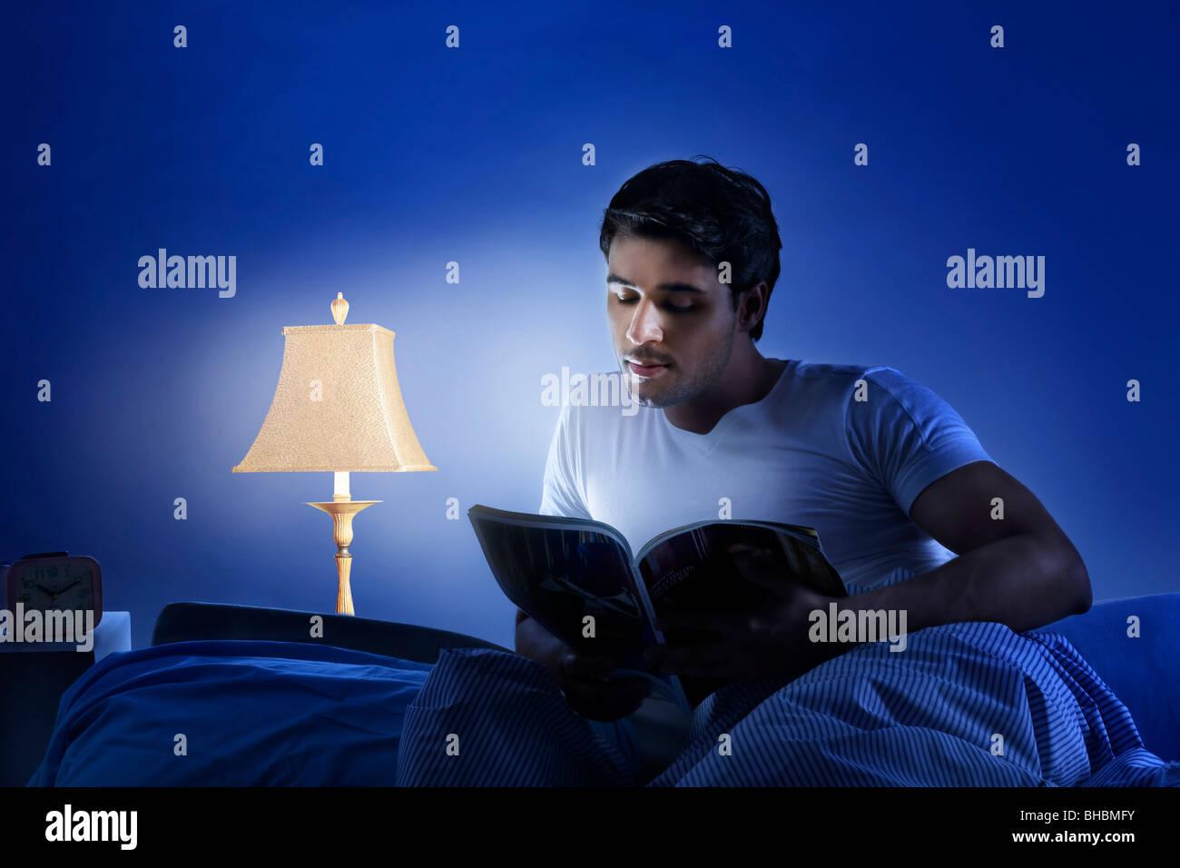 Mann liest eine Zeitschrift Stockfoto