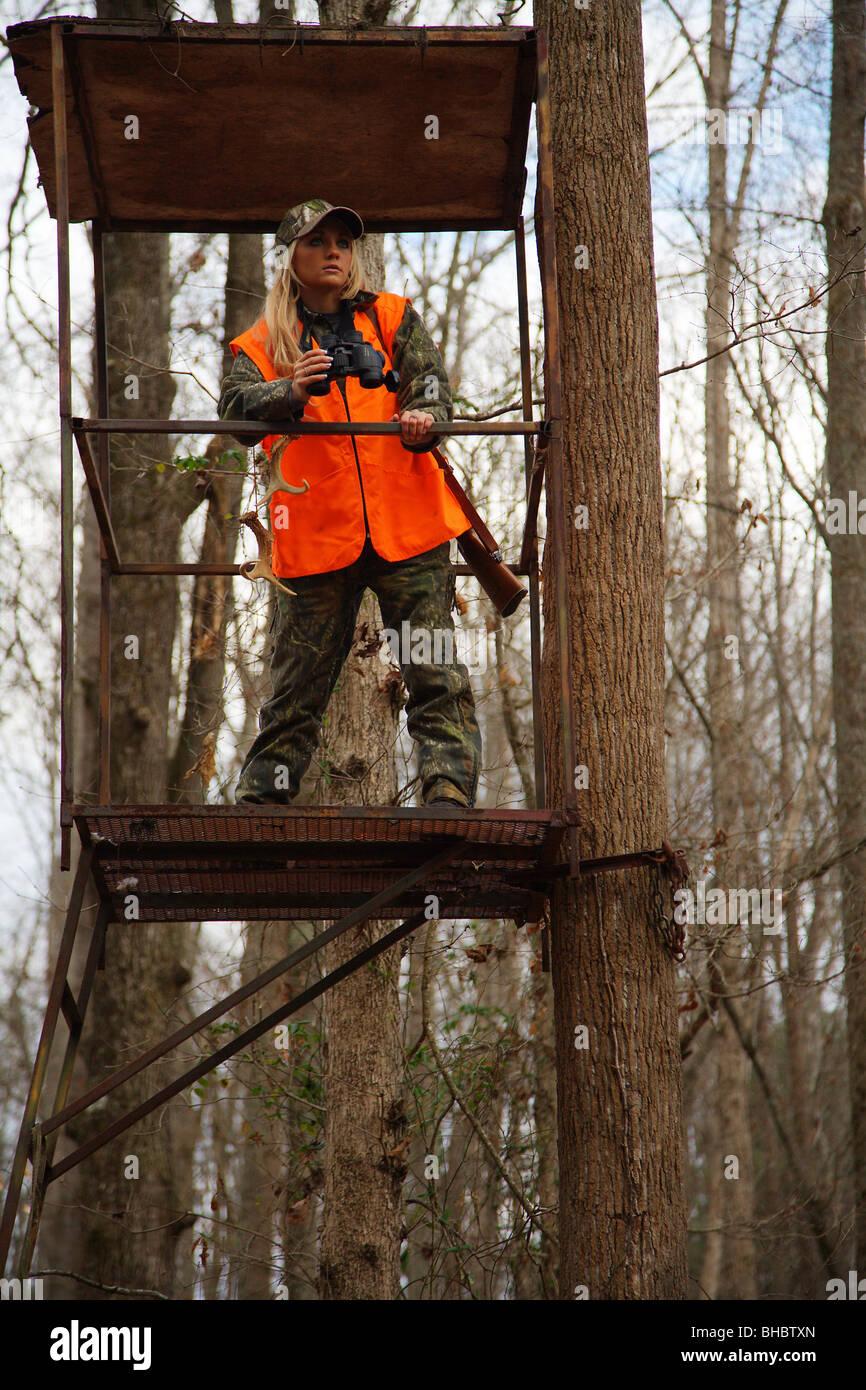 Junge Frau 21 Y O Weibliche Jager In Einem Baum Stand Halten Gewehr
