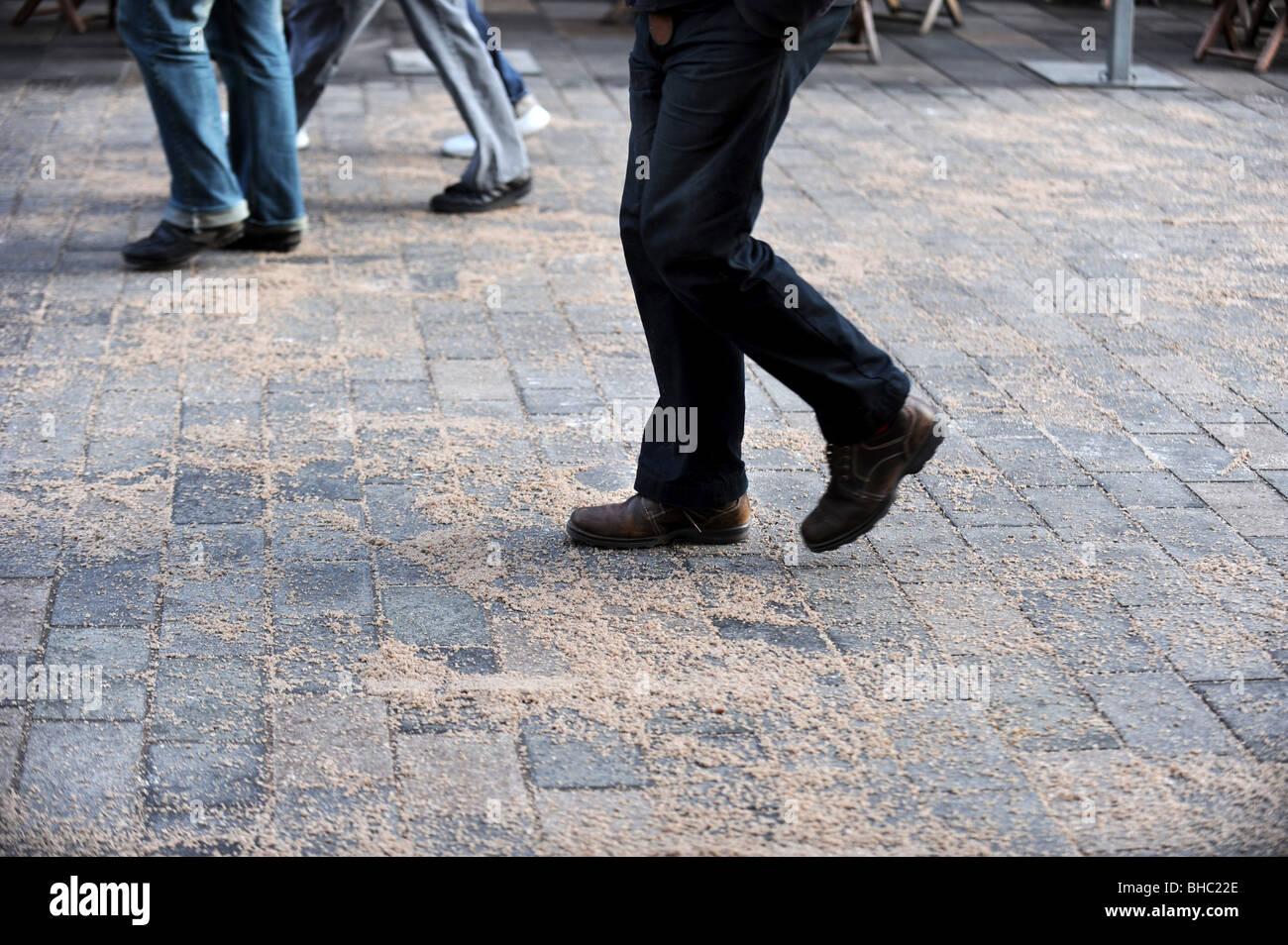 Menschen zu Fuß auf einem vor kurzem zusammengebissenen Pflaster Stockbild