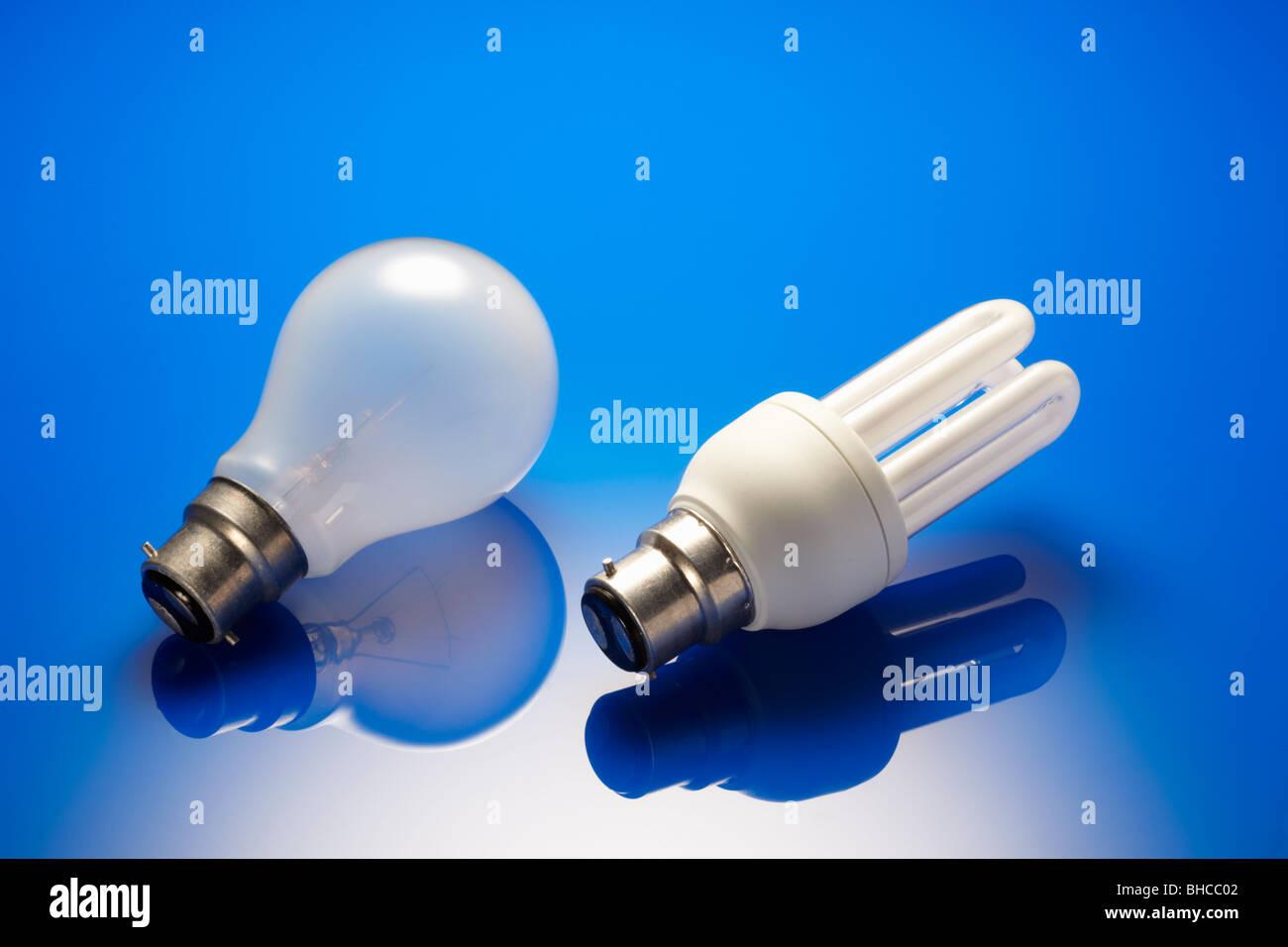 Energiesparende Glühbirne und Standard Glühbirne Stockbild