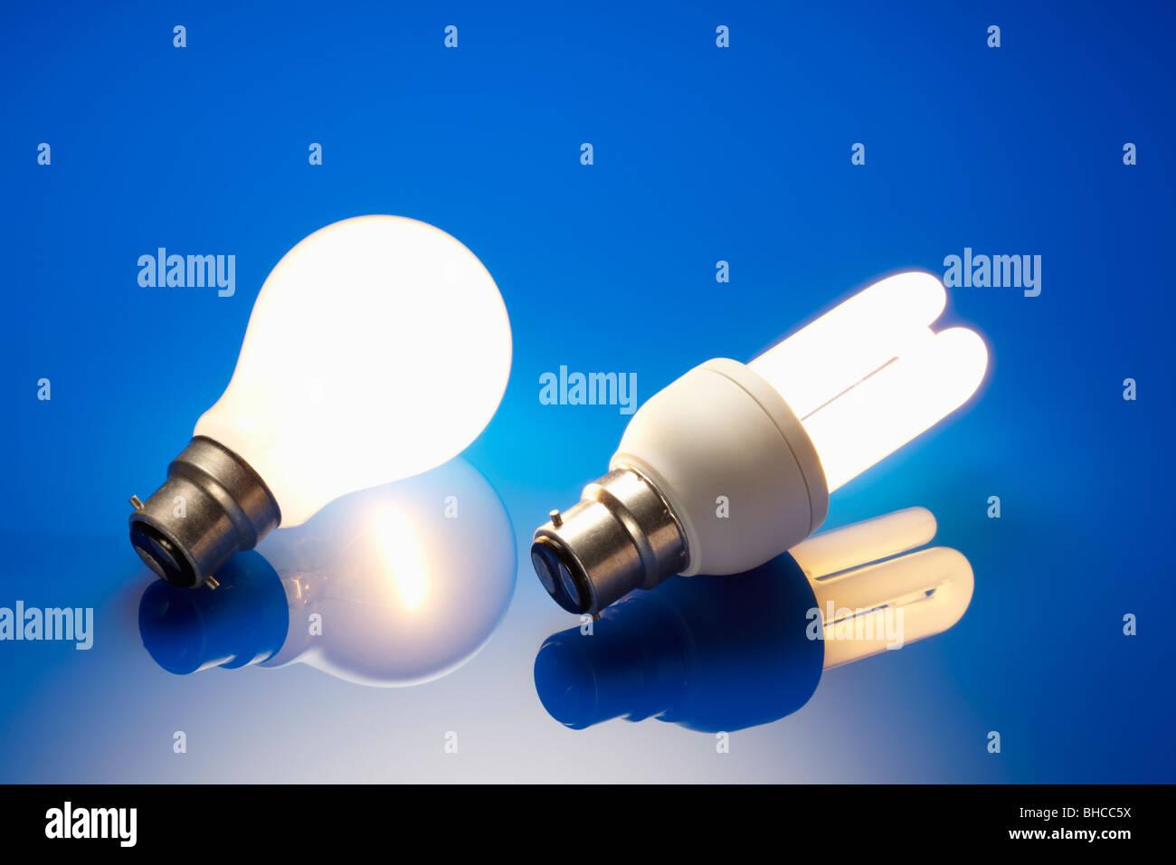 Energiesparende Glühbirne und Standard Glühbirne beleuchtet Stockbild