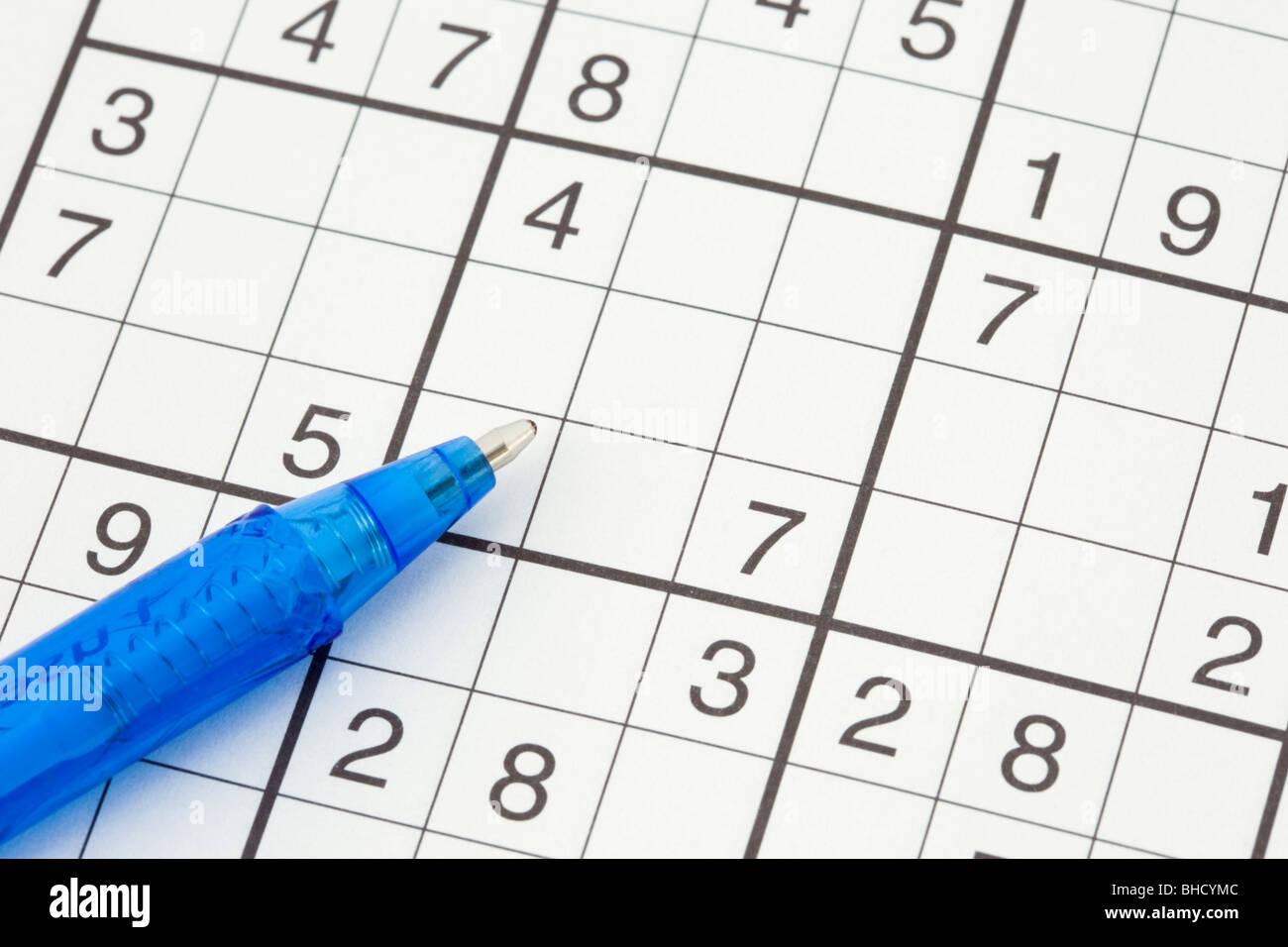 Sudoku Zahlen-Spiel und Stift-Nahaufnahme Stockbild