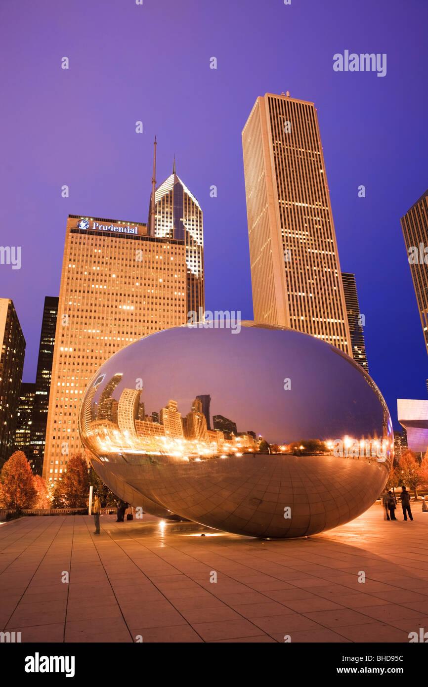 """Die Skulptur Cloud Gate auch bekannt als """"die Bohne"""" im Millennium Park angesehen in der Abenddämmerung Stockbild"""