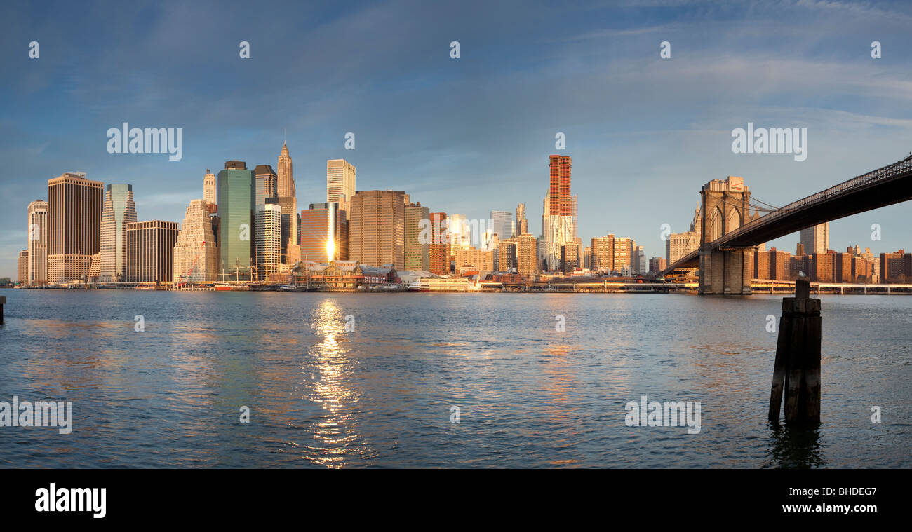Skyline von Manhatten und Brooklyn Bridge gesehen von Long Island Stockfoto