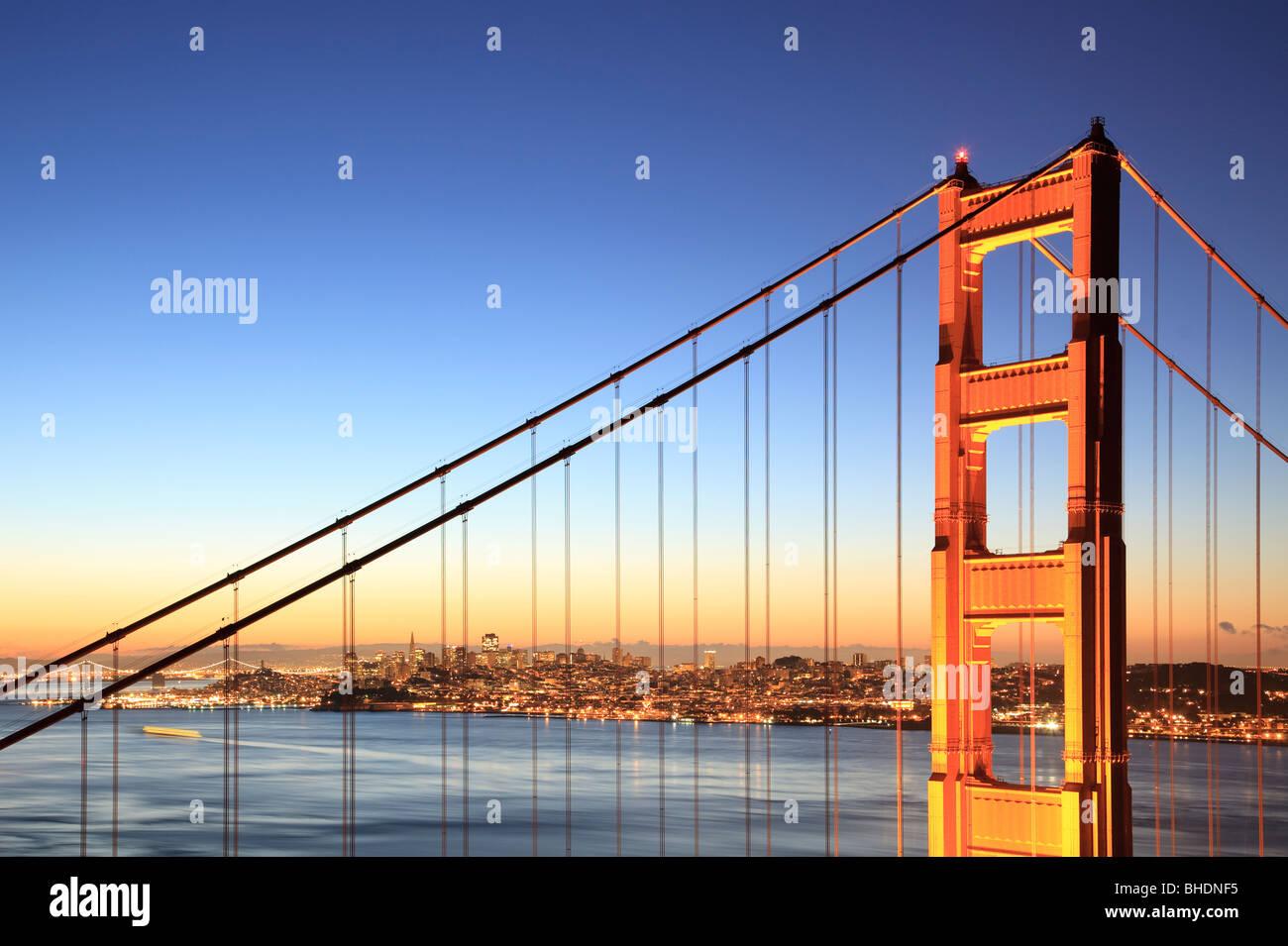 Golden Gate Bridge und die Skyline von San Francisco angesehen in der Abenddämmerung Stockbild