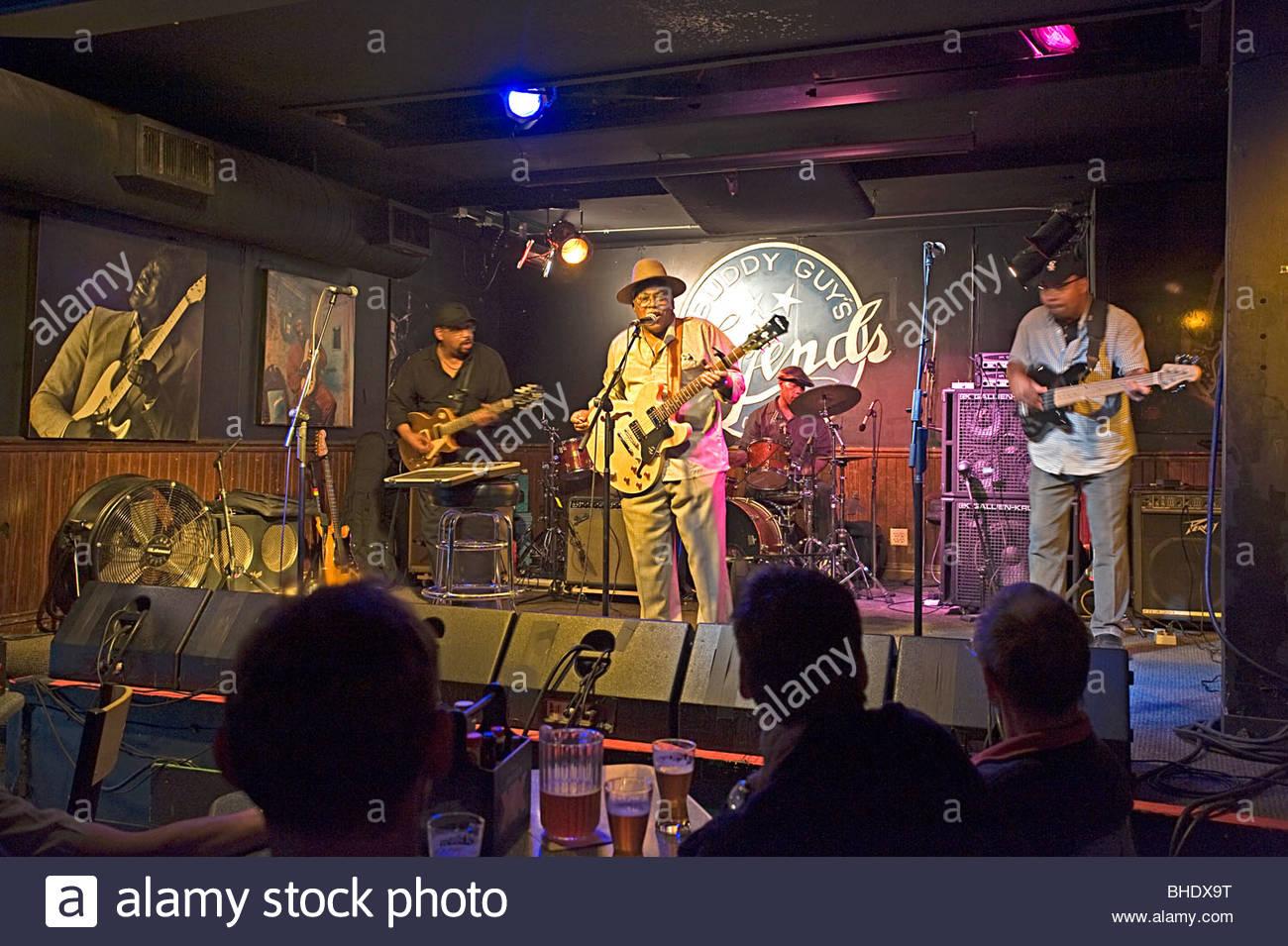 Jimmy Burns erklingt in der berühmten Buddy Guy Legenden blues Club im Bereich South Loop. Chicago, Illinois, Stockbild