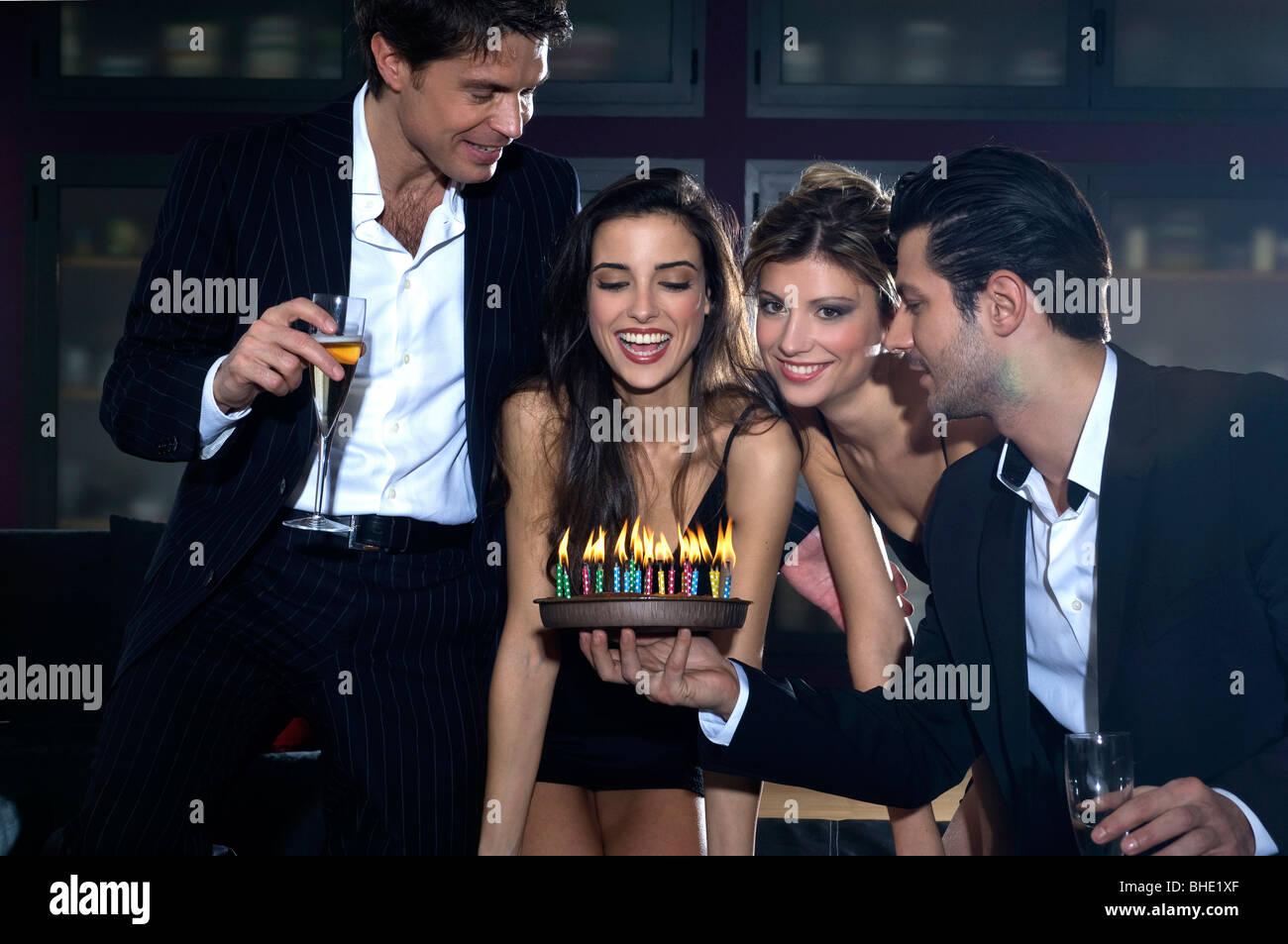 Junge Frauen Und Manner Feiert Geburtstag Stockfoto Bild 27968375