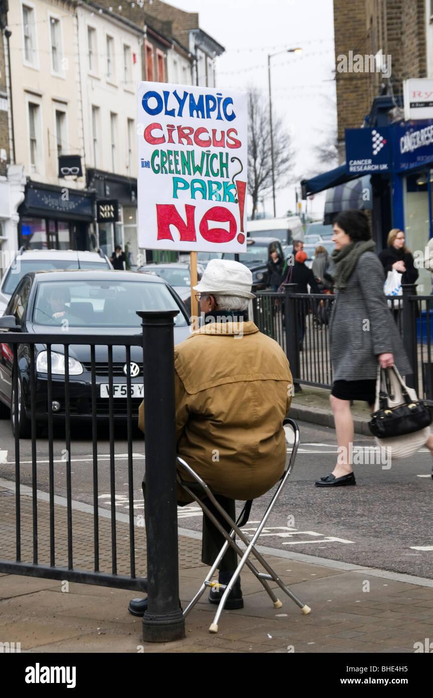 Ein Demonstrant in Blackheath gegen den Einsatz von Greenwich Park für die Olympischen Spiele 2012 Stockbild