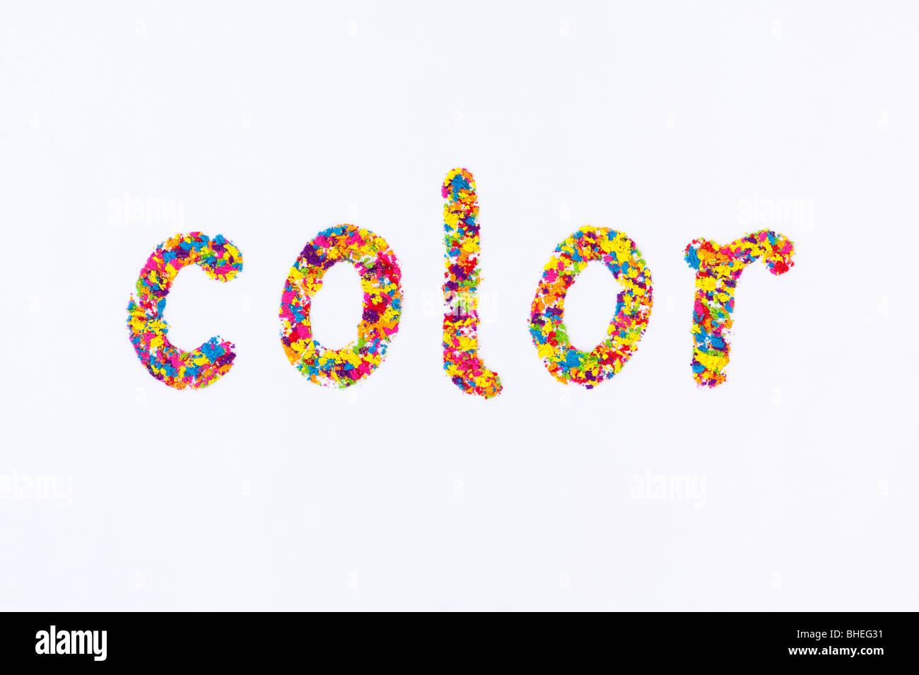 Das Wort Farbe (amerikanische Schreibweise), Dinkel mit bunten Pulver auf weißem Hintergrund Stockbild