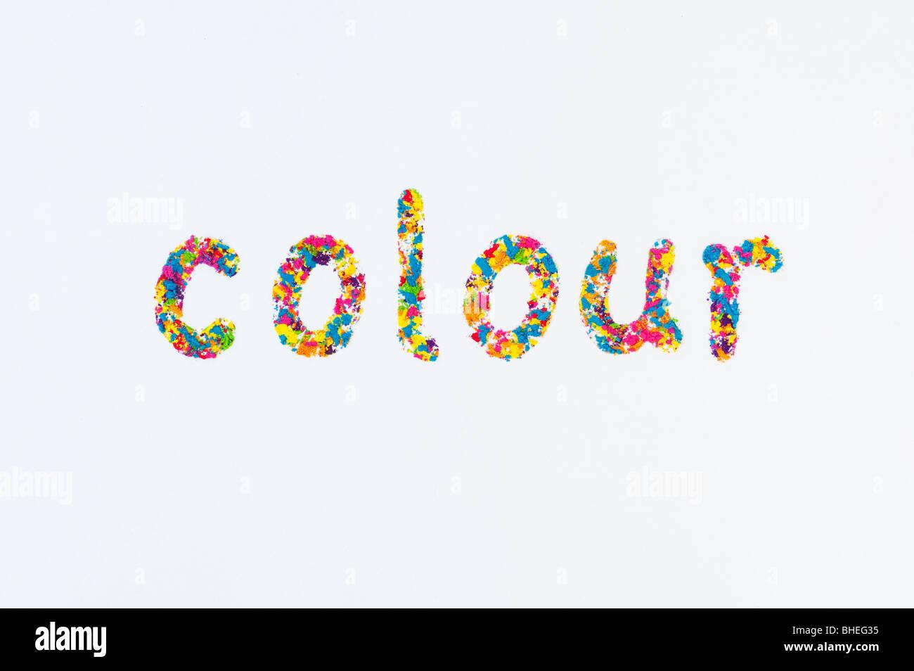 Das Wort Farbe (englische Schreibweise), Dinkel mit Multi Farbpulver auf weißem Hintergrund Stockbild