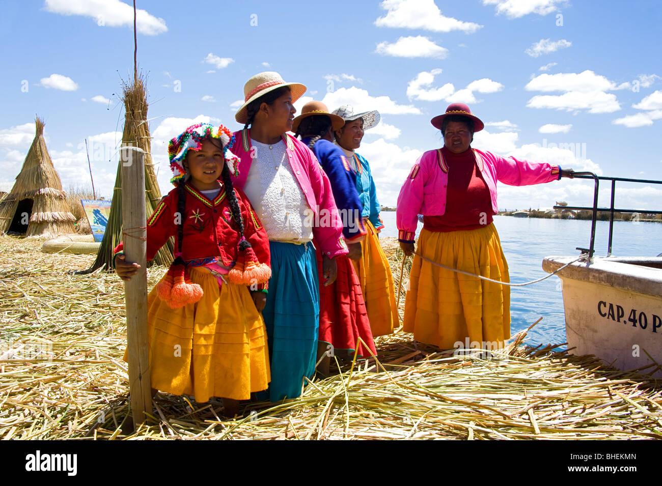 Menschen aus der Uros Insel Samary, Titicacasee, Peru Stockbild