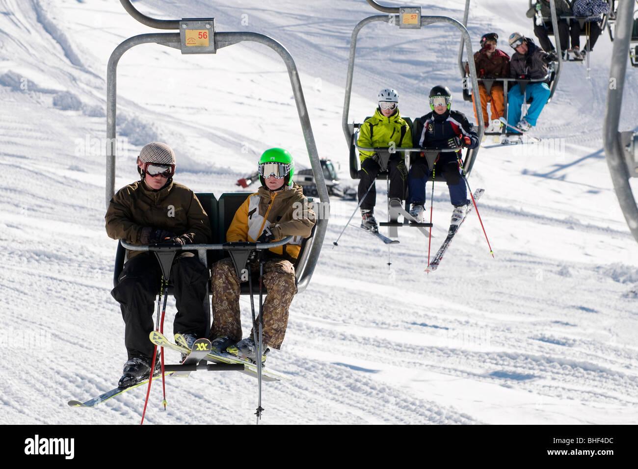 junge Skifahrer am Skilift Stuhl, Kitzbühel, Österreich Stockfoto