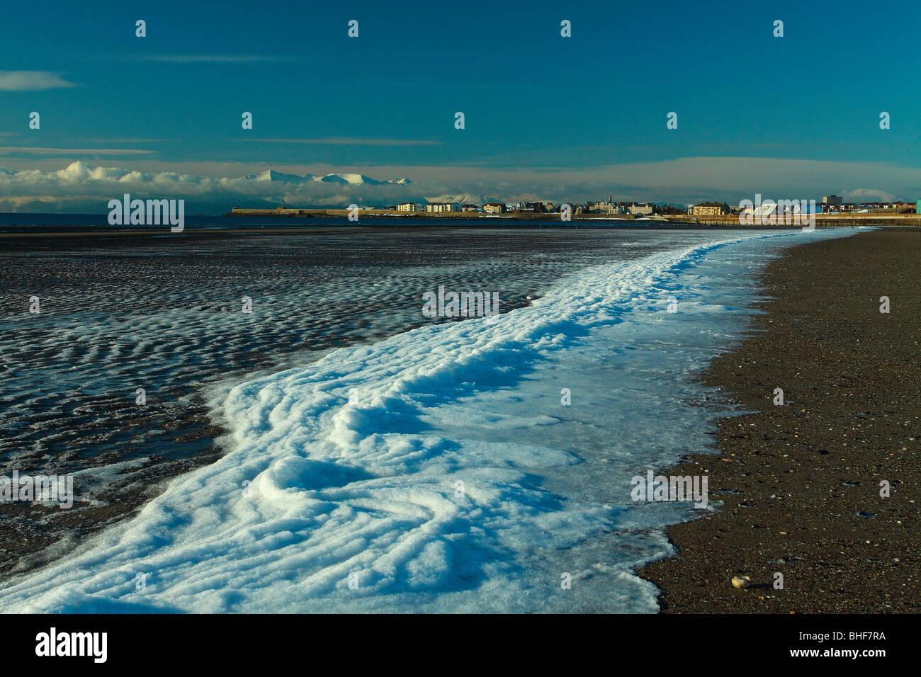 Schnee am Strand von Stevenston mit Blick auf Saltcoats und Arran auf schottischen Ayrshire Coastal Path Ayrshire Stockfoto