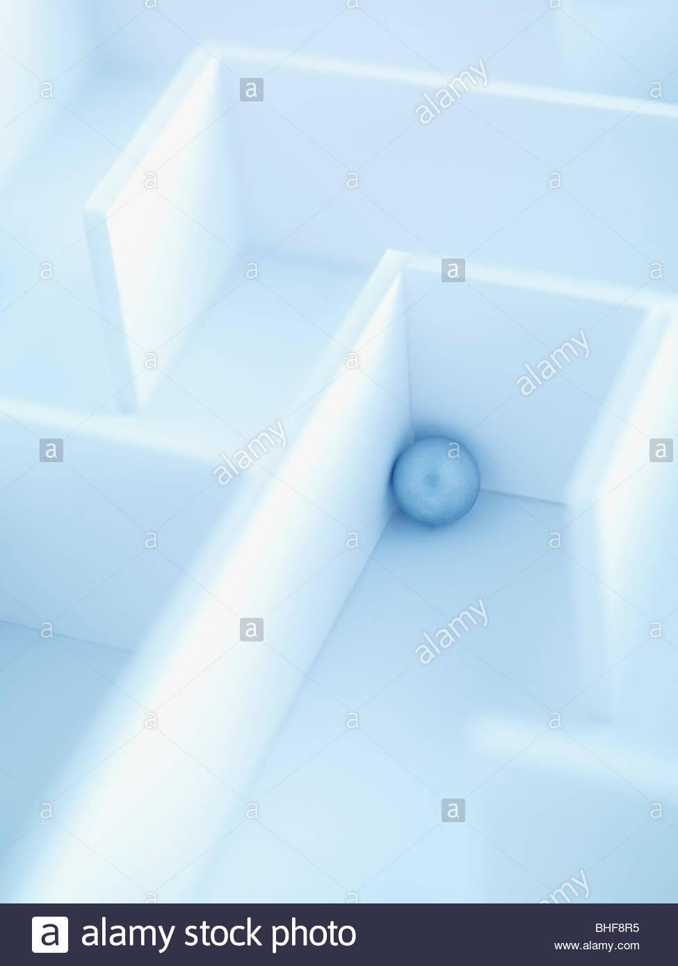 Kleine Kugel im Labyrinth Stockbild